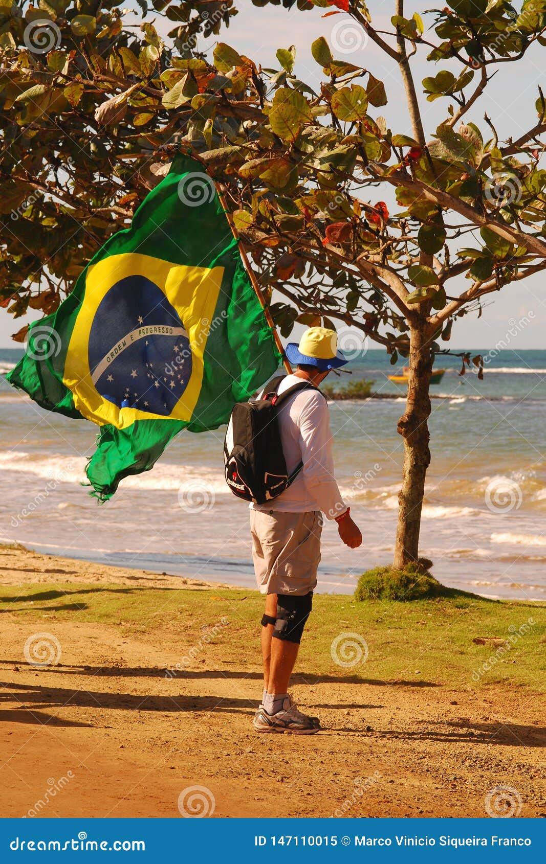 Mens op Godsdienstige Bedevaart met Braziliaanse Vlag