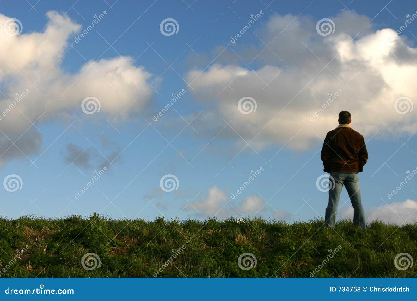 Mens op heuveltop