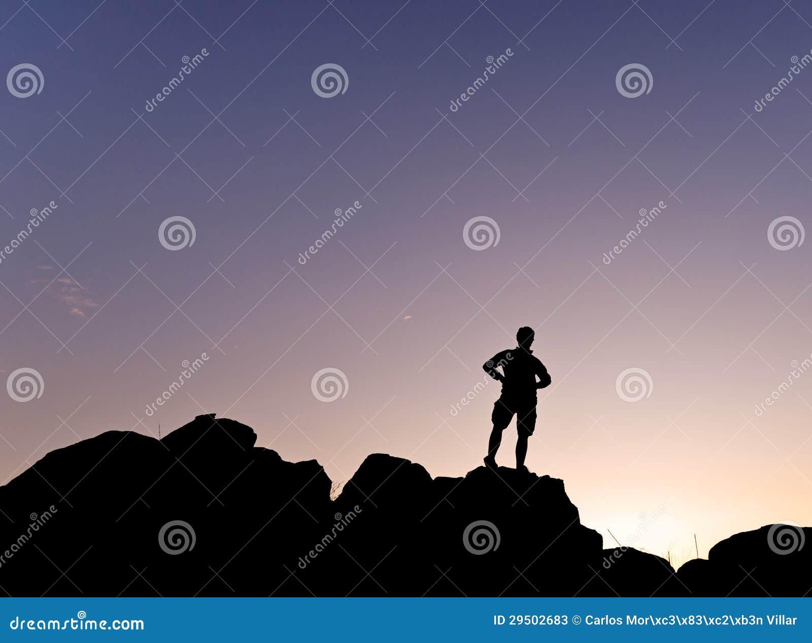 Mens silhouete in de Horizontale berg -