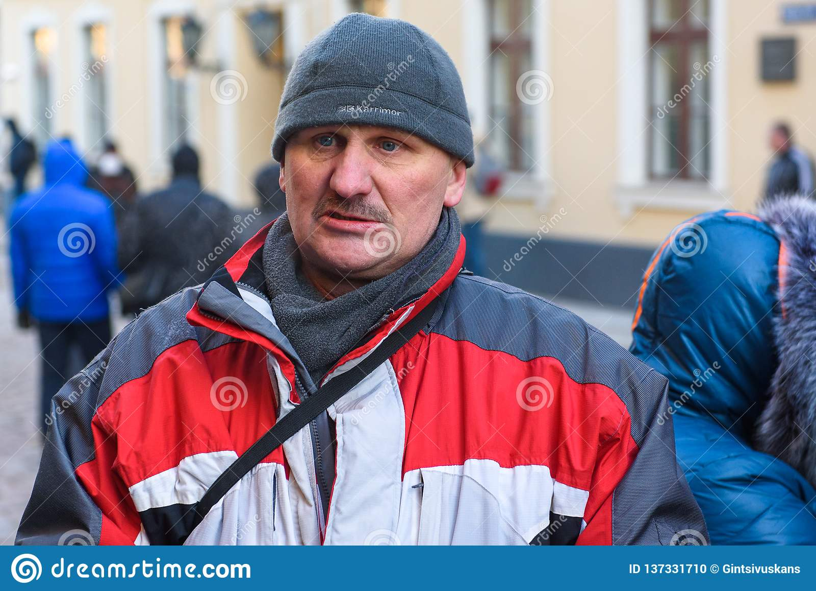 Mens, tijdens Demonstratie tegen nieuwe coalitie van regering van Letland o