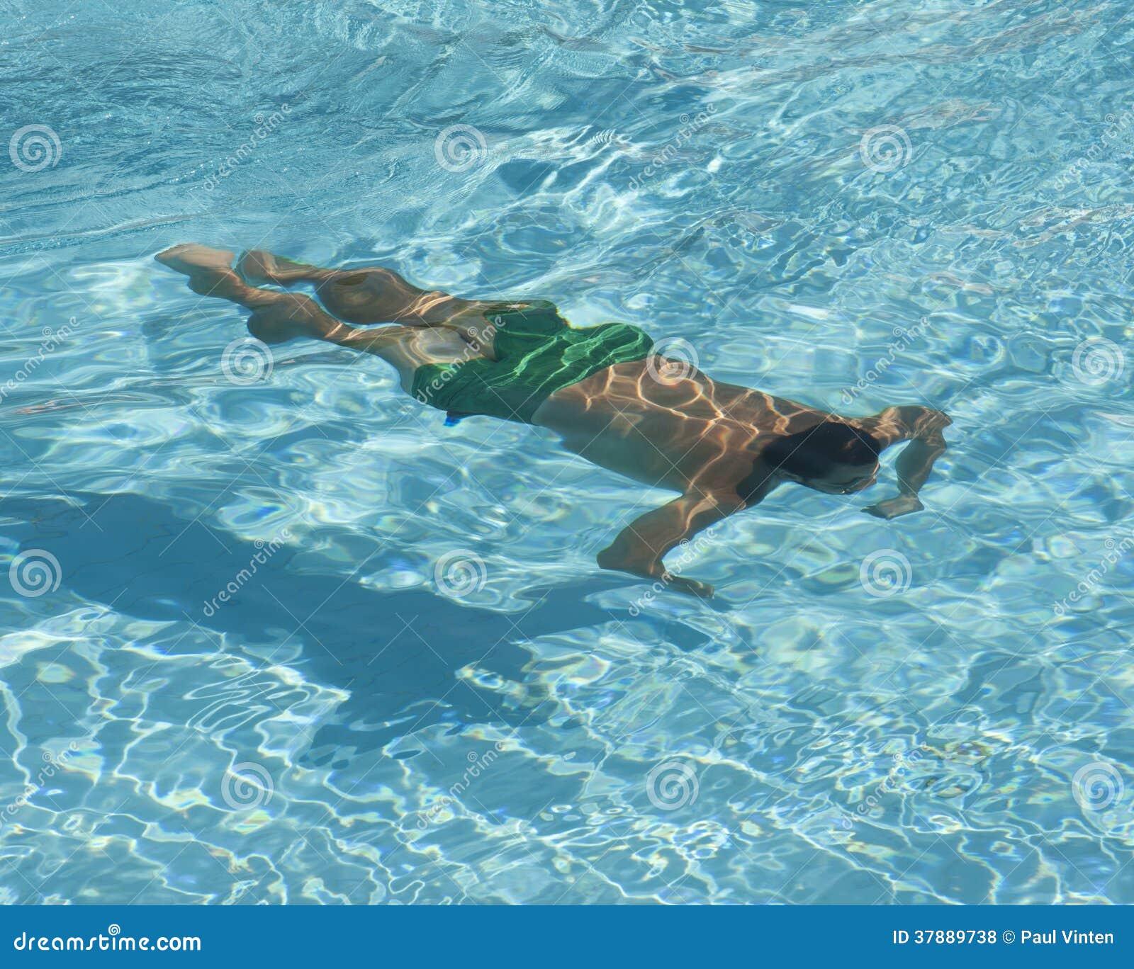Mens zwemmen onderwater in pool