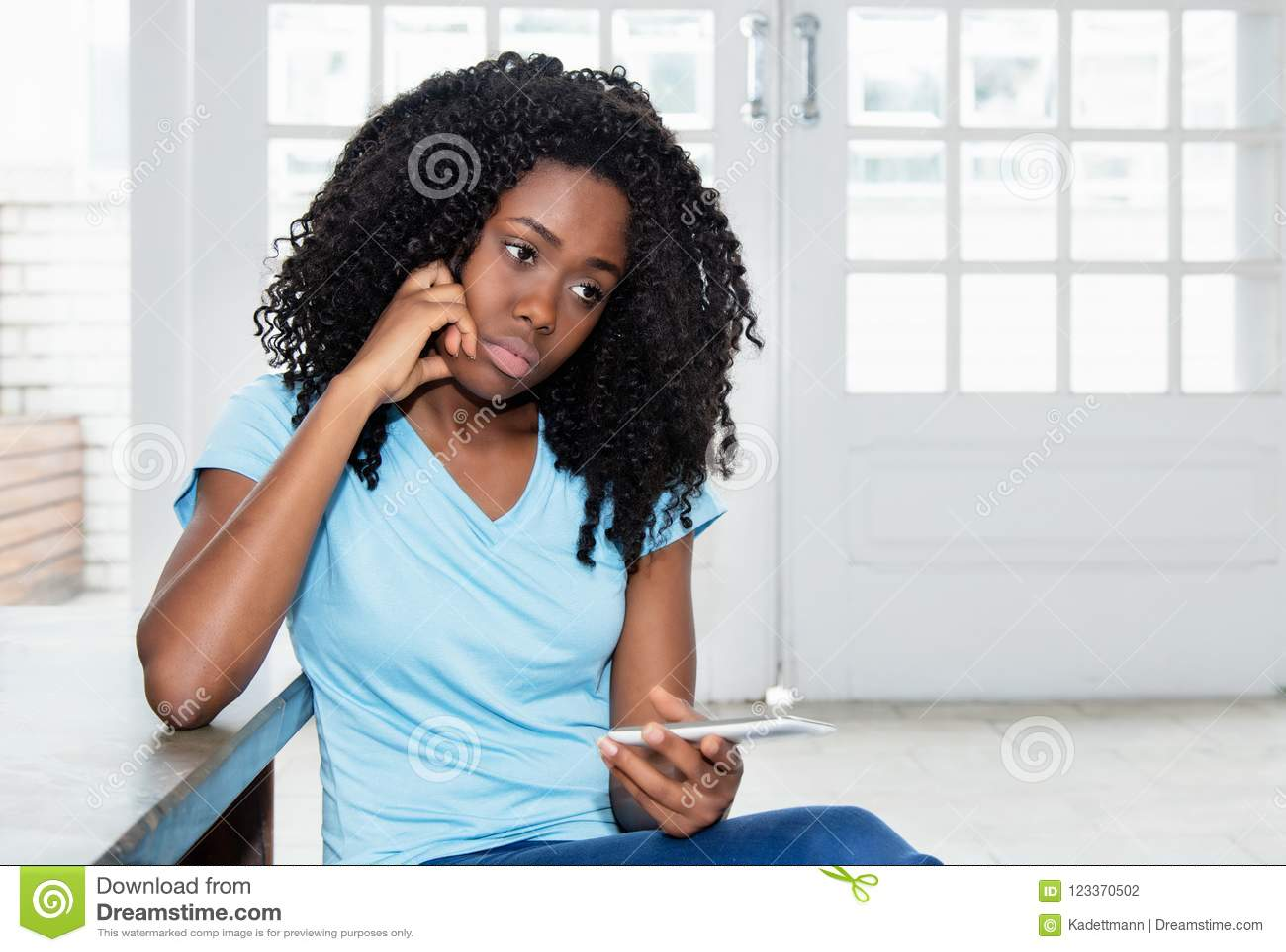 Mensagem de espera da mulher afro-americano triste e só