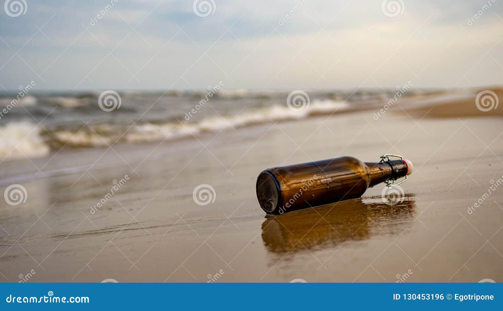 Mensagem em um frasco na praia
