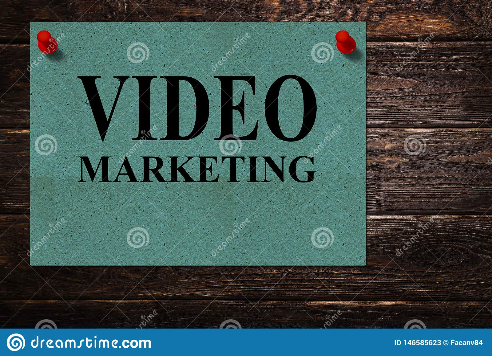 Mensagens conceptuais 'MERCADO VIDEO 'escrito em suportes de papel verdes como uma propaganda em uma superfície de madeira