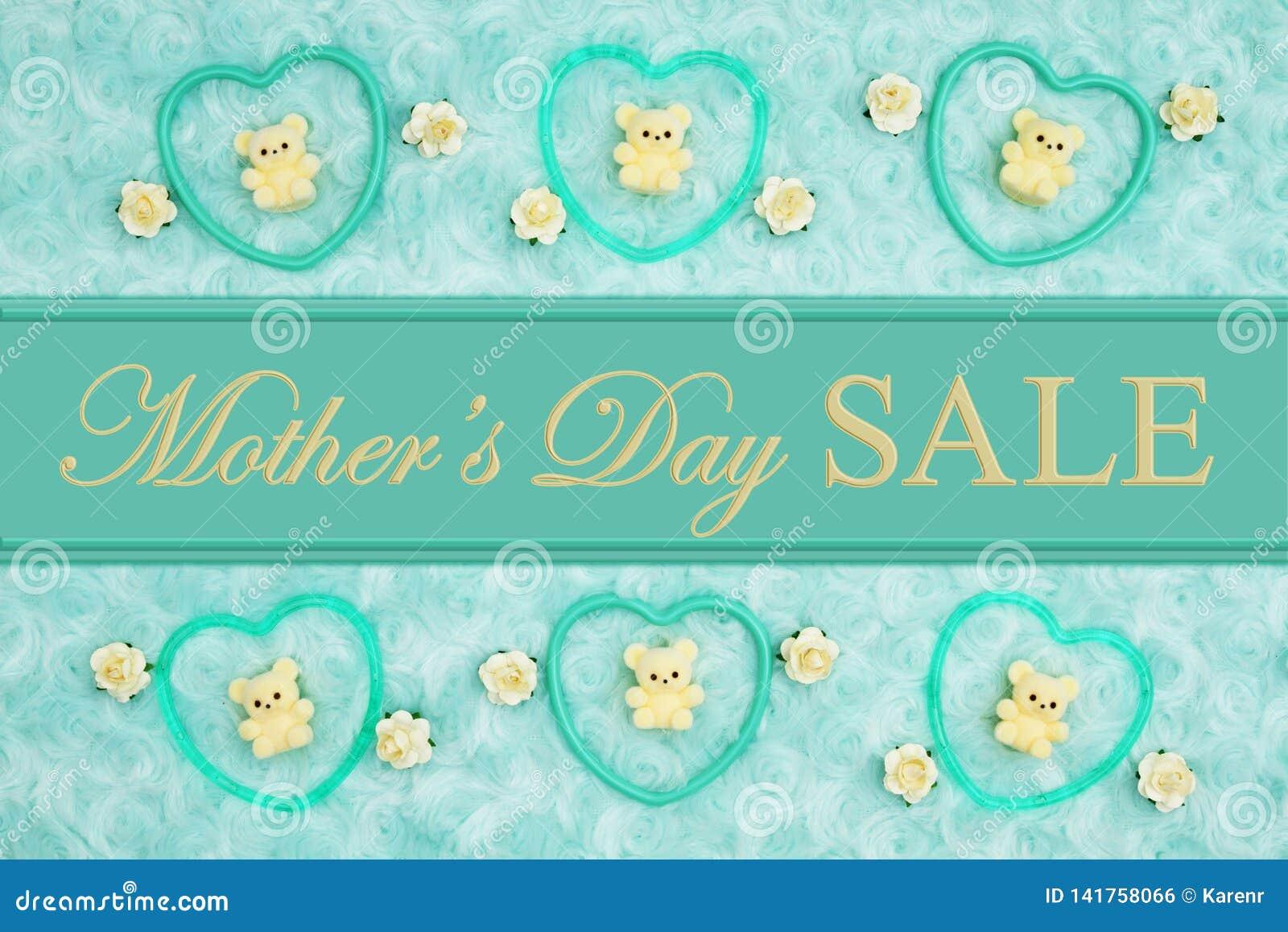 Mensaje de la venta del día de madre con los corazones del marco del trullo, los osos de peluche y los brotes de la rosa en una t