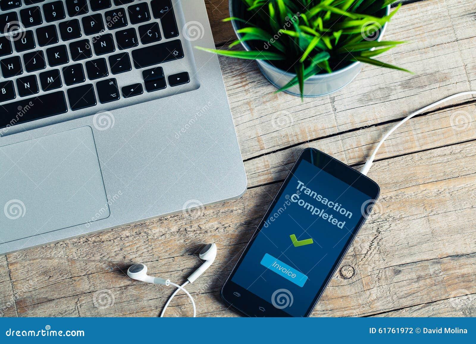 Mensaje terminado de la transacción en la pantalla elegante del teléfono Detalle del lugar de trabajo