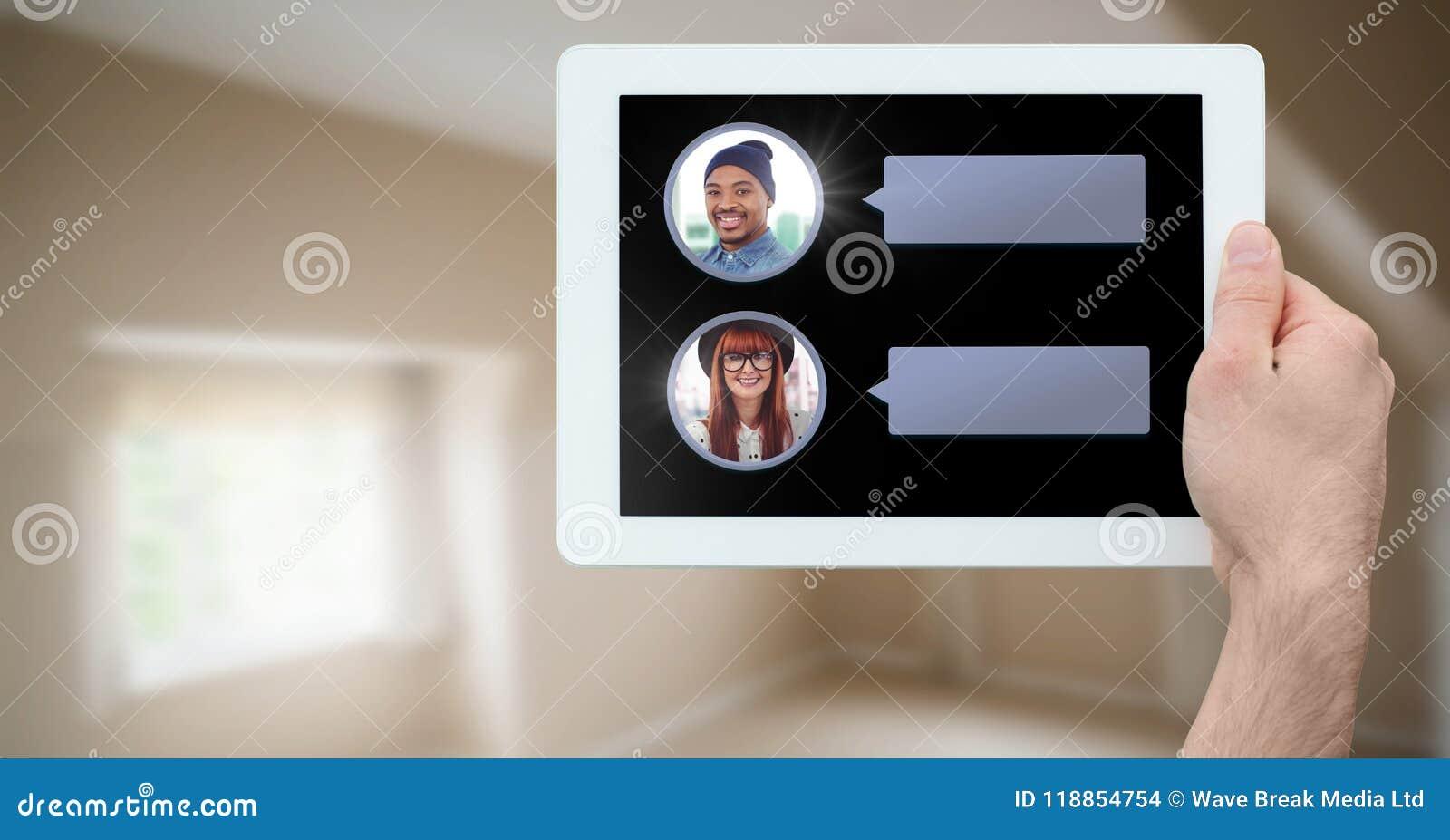 Mensajería App en la tableta a disposición con perfiles de la charla