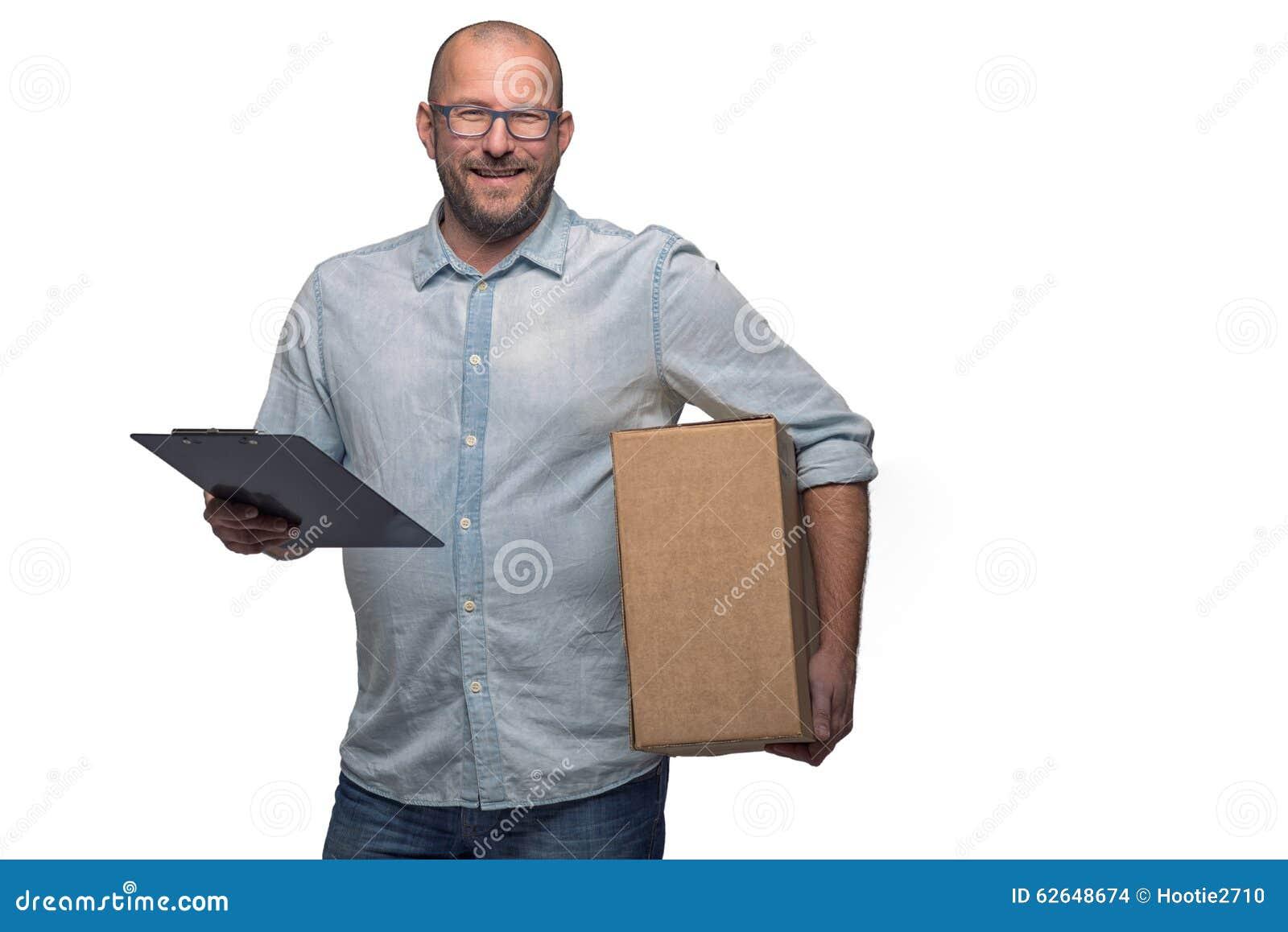 Mensajero de sexo masculino sonriente que entrega un paquete