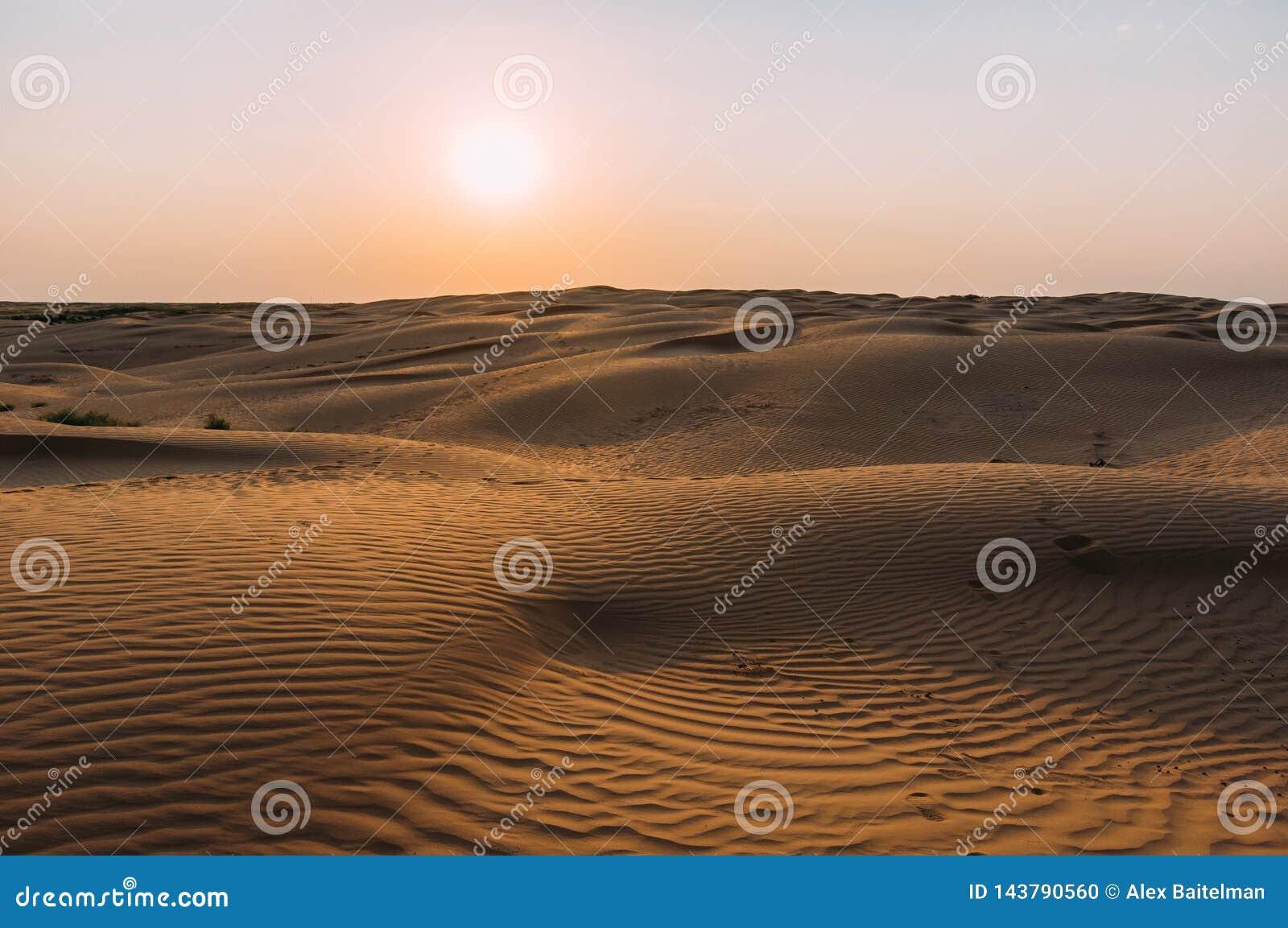 Menschliche Abdrücke im Sand in der Wüste