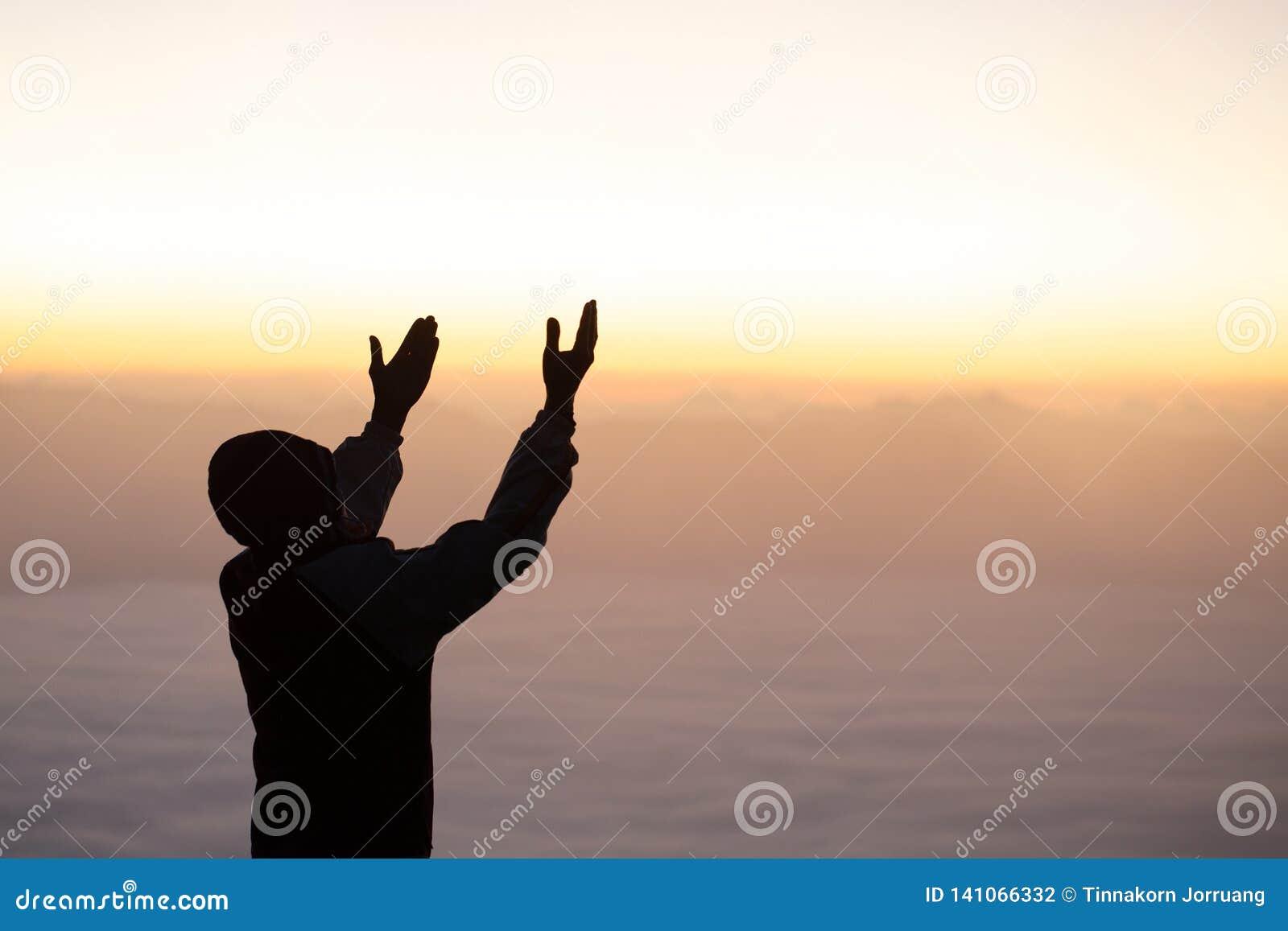 Menschliche Hände öffnen hohe Anbetung der Palme , Konzept für Christen, Christentum, katholische Religion, göttlich, himmlisch,