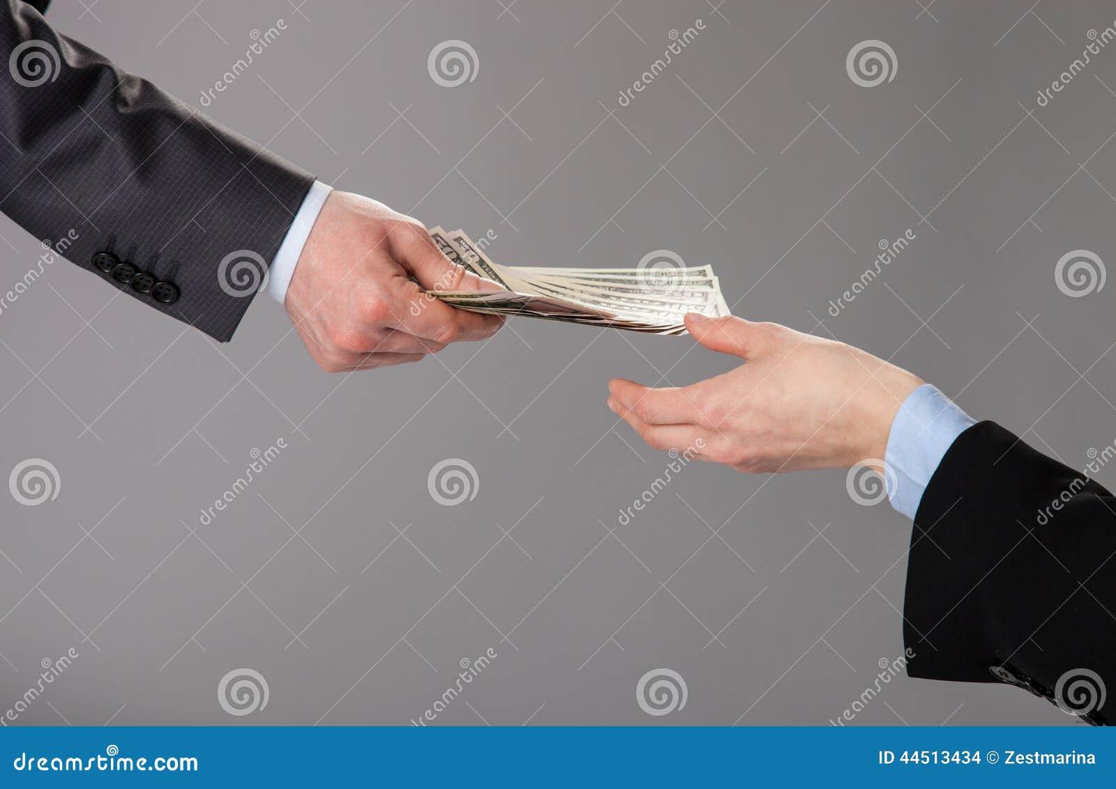 Menschliche Hände Die Ein Angebot Des Geldes Annehmen Stockfoto