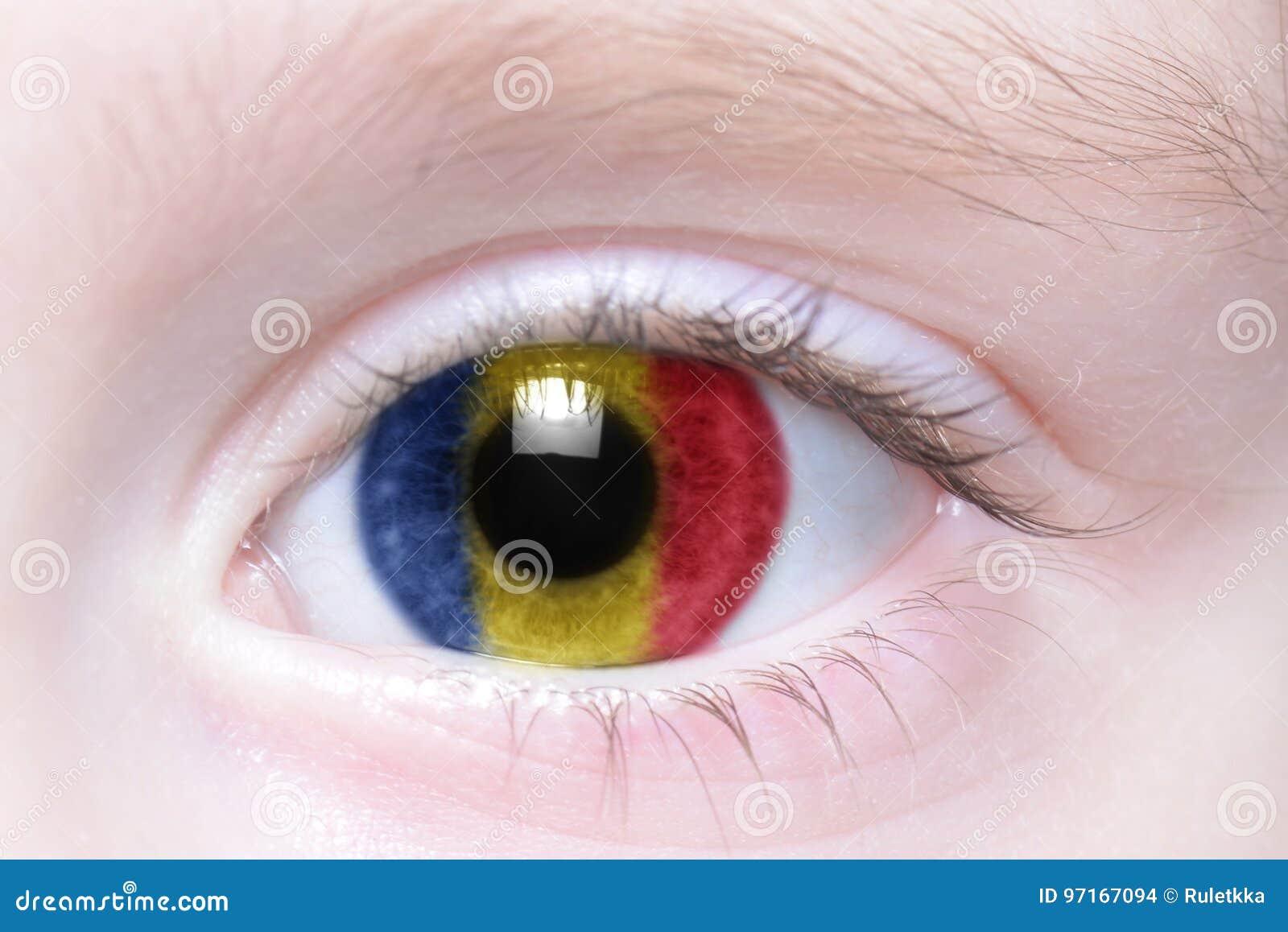 Menschliches Auge mit Staatsflagge von Rumänien