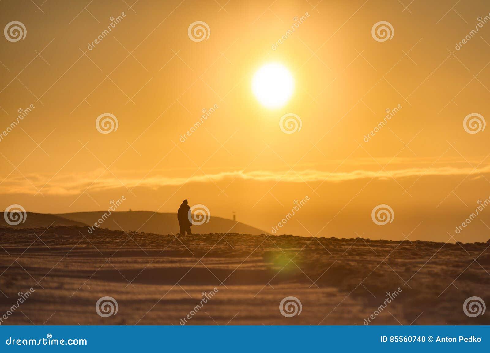 Menschliches Schattenbild bei Sonnenaufgang