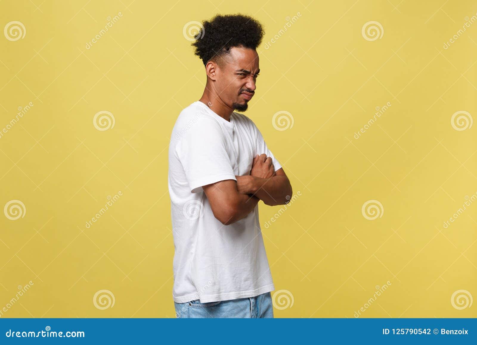 Menselijk gelaatsuitdrukkingen, emoties en gevoel Portret van gek boos jong donker-gevild terloops gekleed mannetje