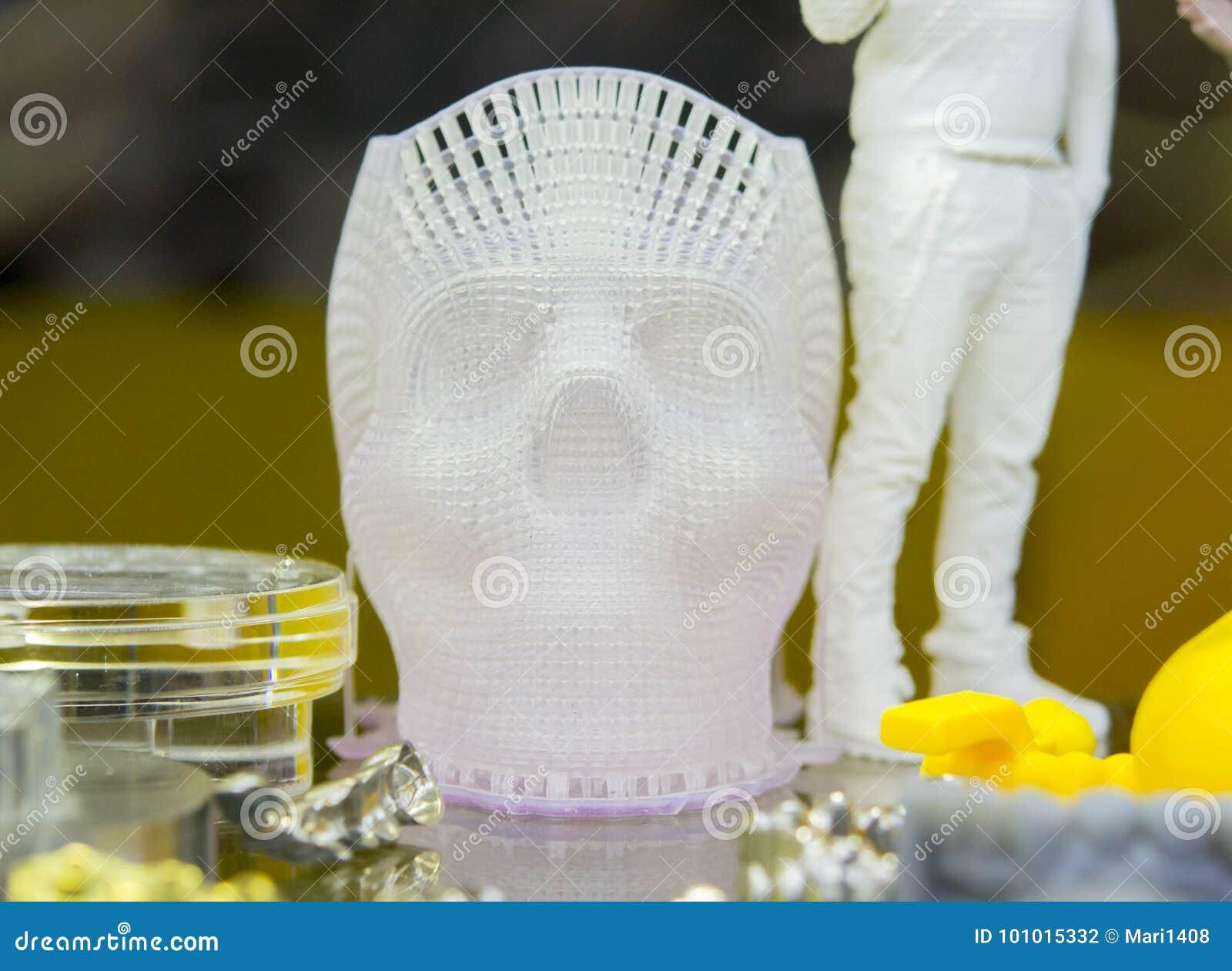 Menselijke die schedel op een 3d printe wordt gedrukt