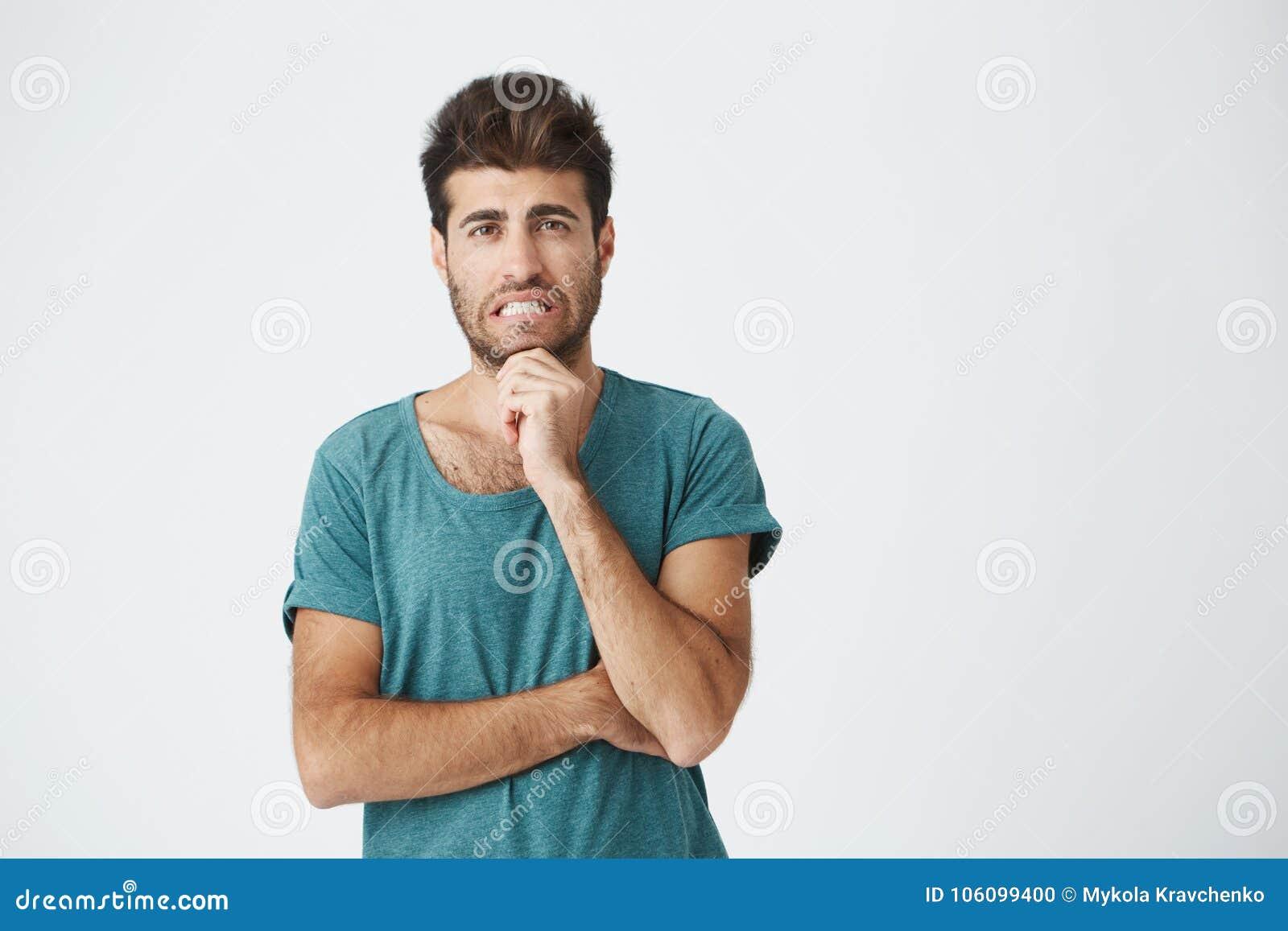 Menselijke gezichtsuitdrukkingen, emoties en gevoel Knappe jonge aantrekkelijke mens die de camera met nadenkend bekijken en