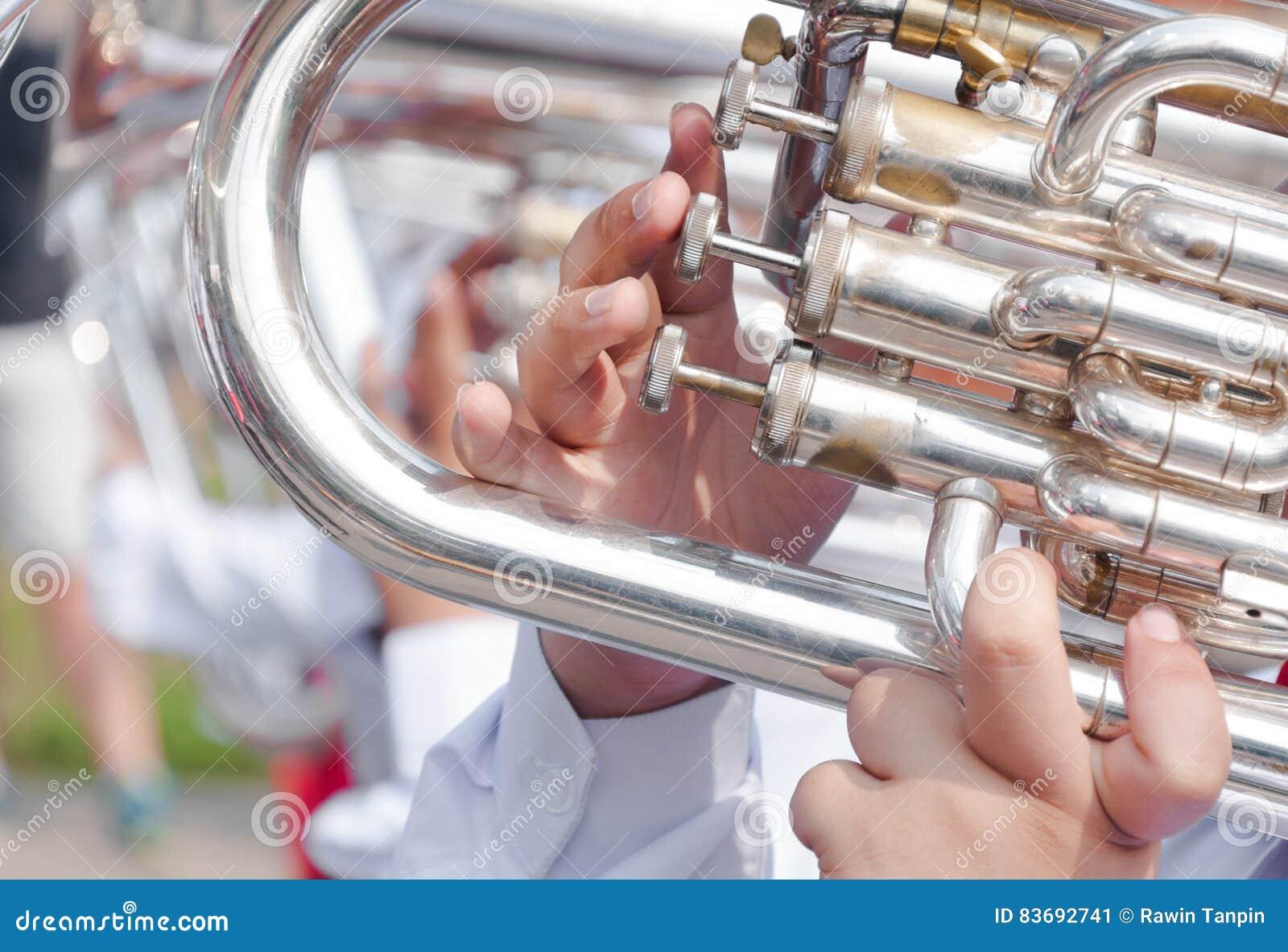 Menselijke hand die flugelhorn spelen