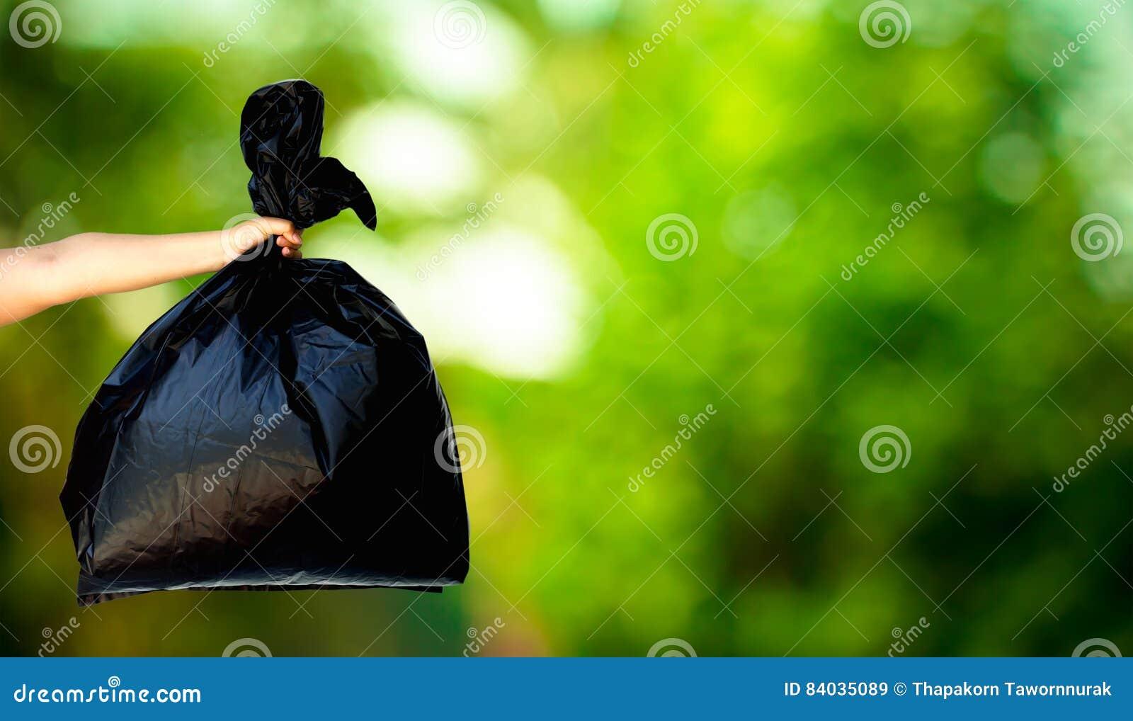 Menselijke hand die vuilniszak tonen