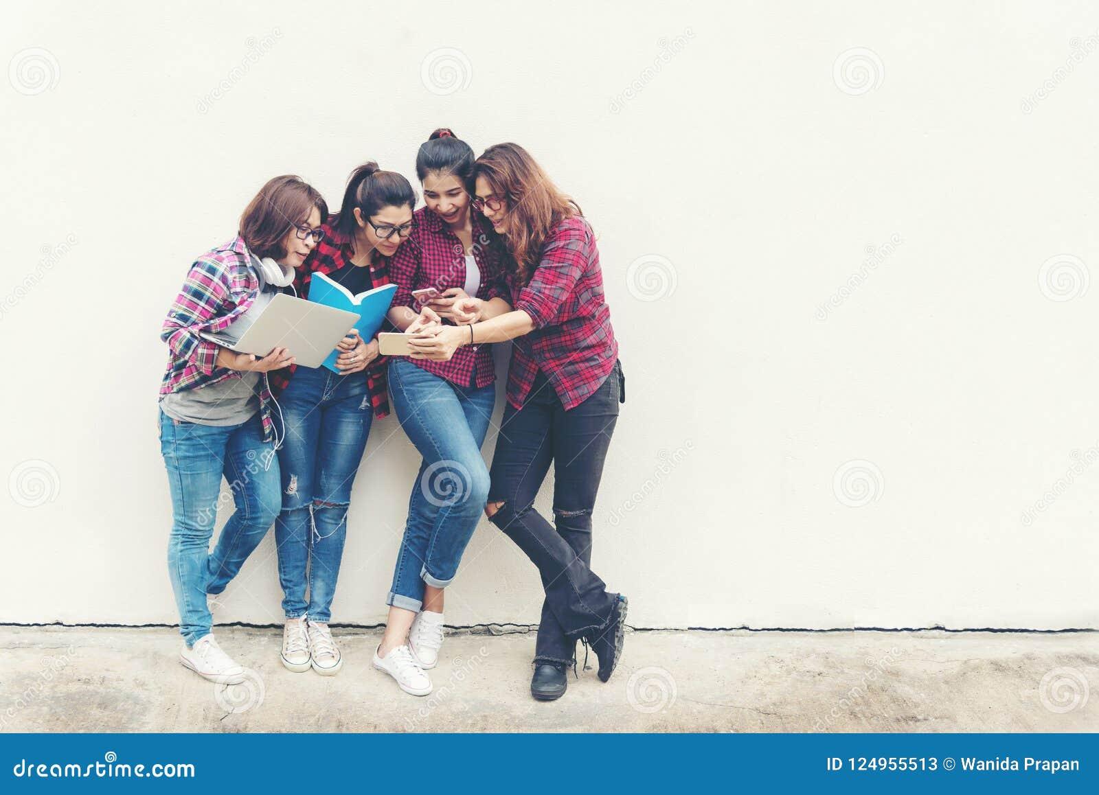 Mensen Aziaat van jonge en volwassen mensen die notitieboekjecomputer voor informatie, sociaal, technologie, netwerk, het winkele