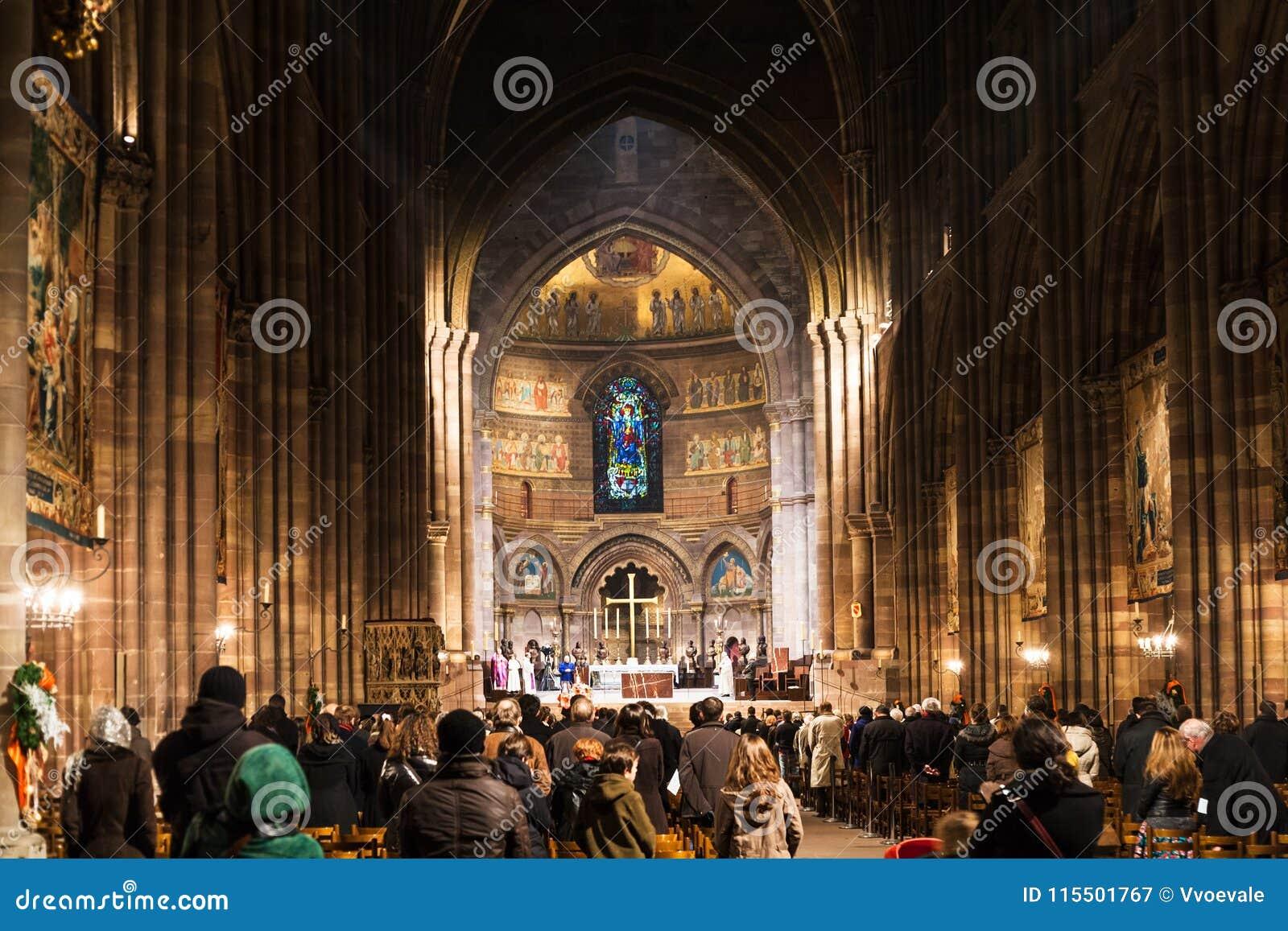 Mensen bij de kerkdienst in de Kathedraal van Straatsburg