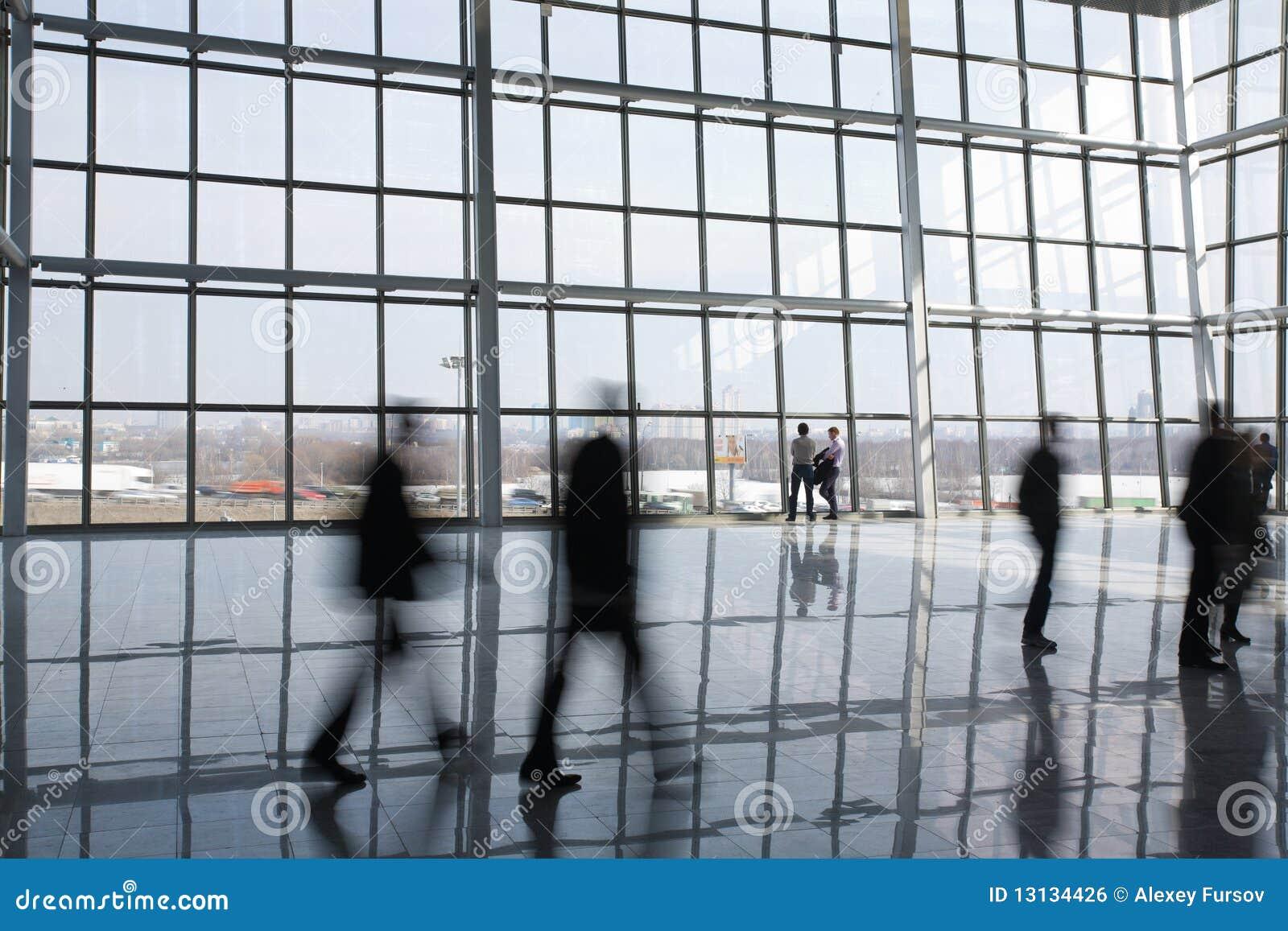 Mensen bij de moderne bouw
