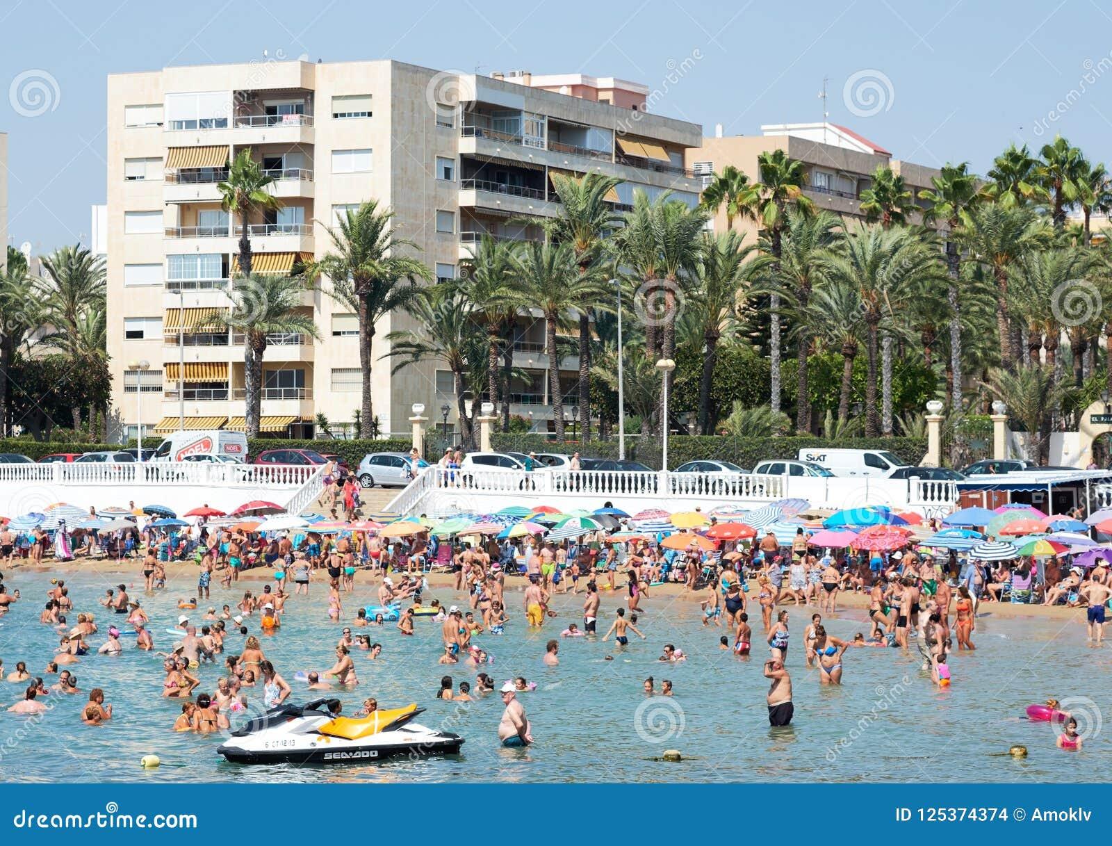 Goede Mensen Bij Los Locos Strand Van Torrevieja Spanje Redactionele DB-16
