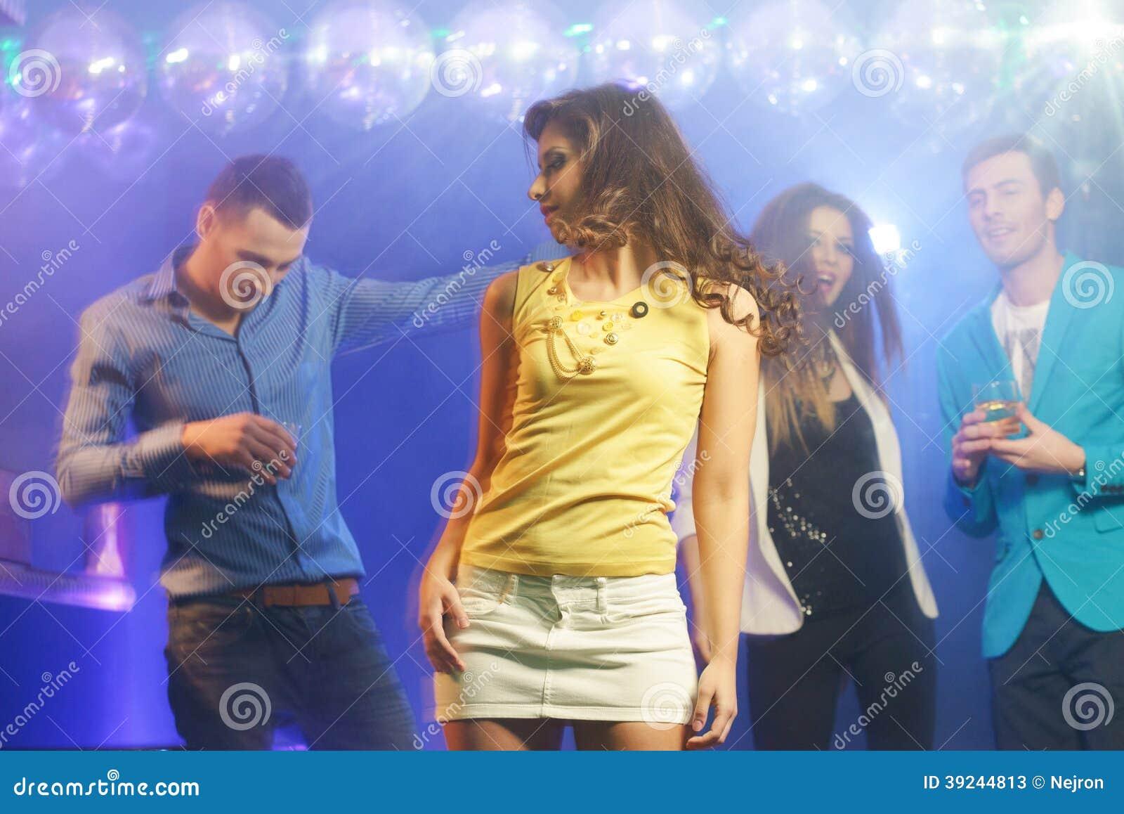 Mensen bij nachtclub
