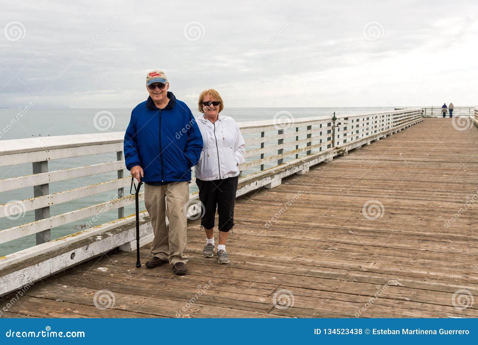 Mensen bij San Simeon Pier, Californië, de V.S.
