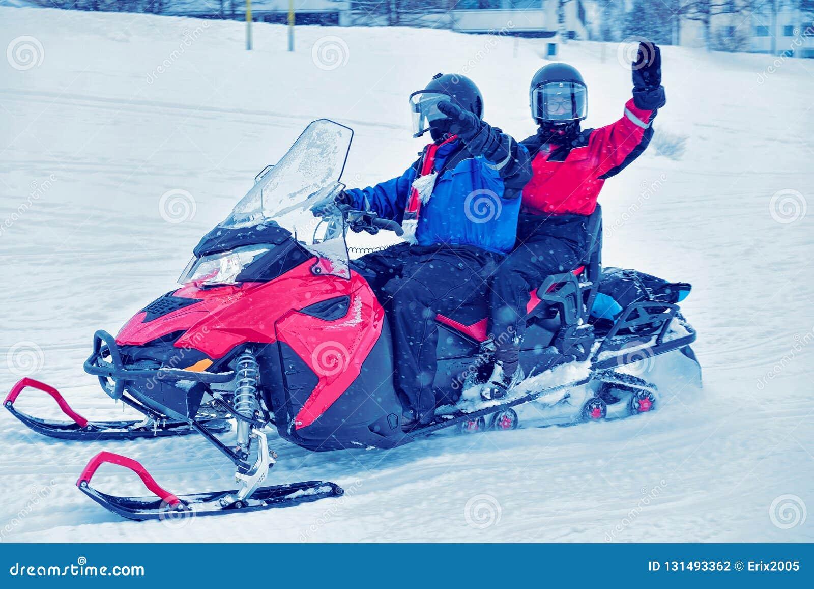 Mensen bij Sneeuw mobiel in de Winter Finland