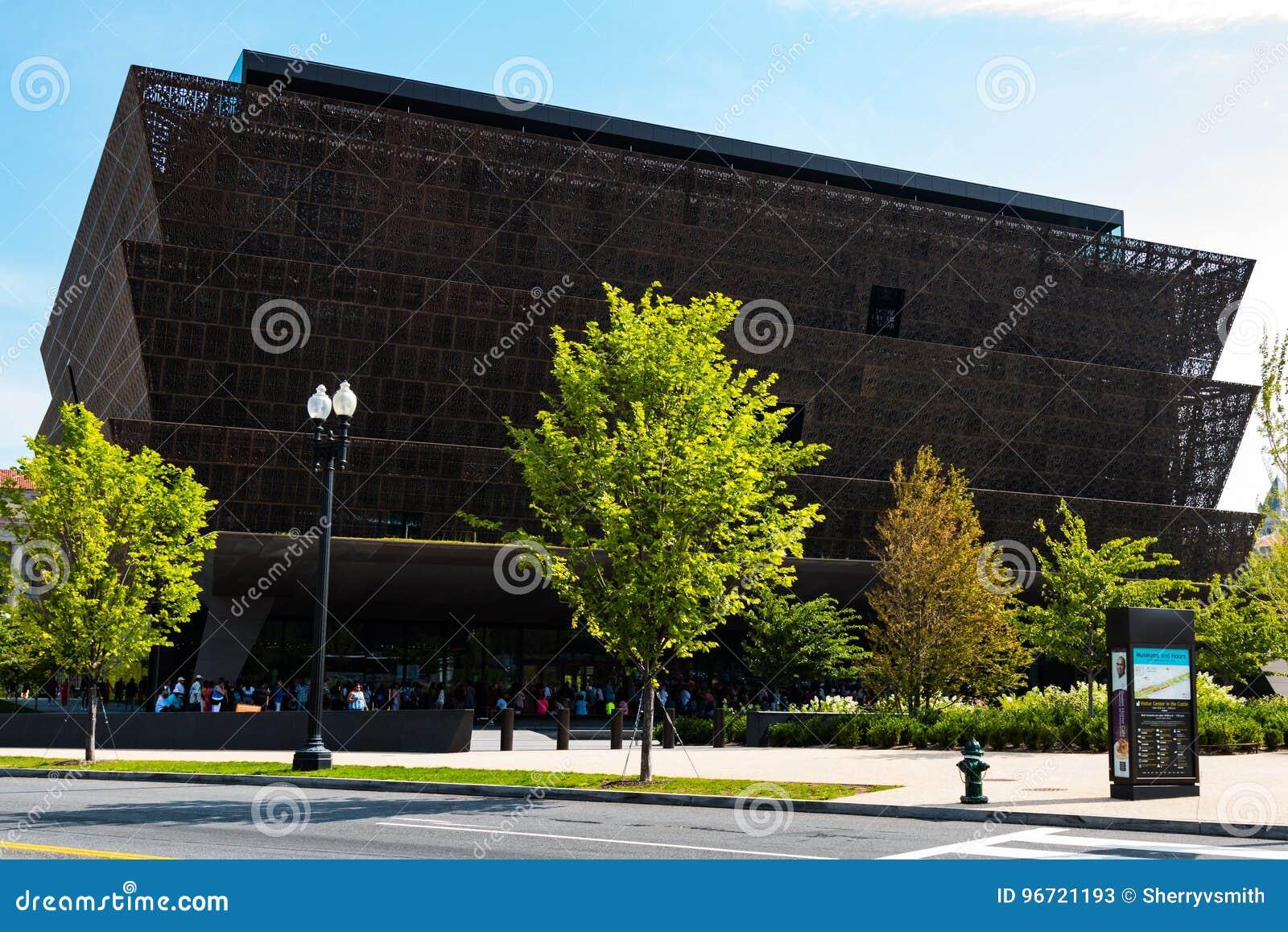 Mensen buiten het Nationale Museum van Afrikaanse Amerikaanse Geschiedenis worden opgesteld die