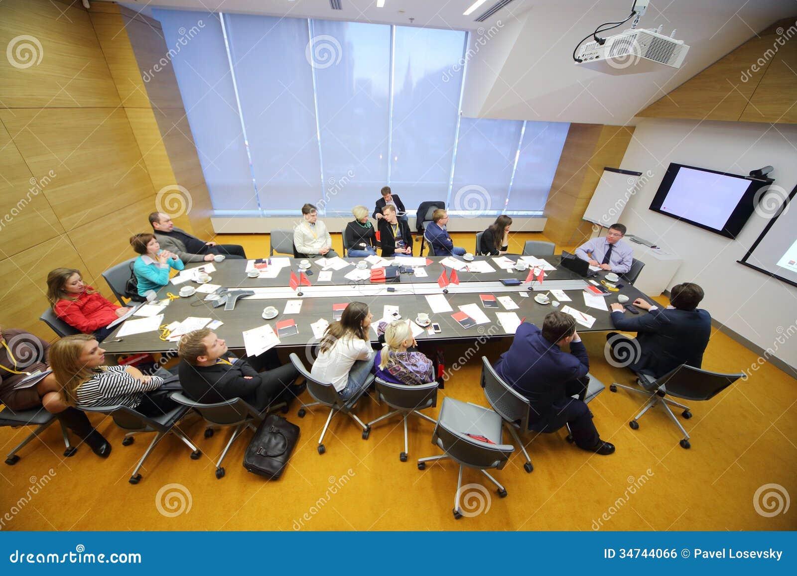 Mensen in de conferentieruimte op Bedrijfsontbijt