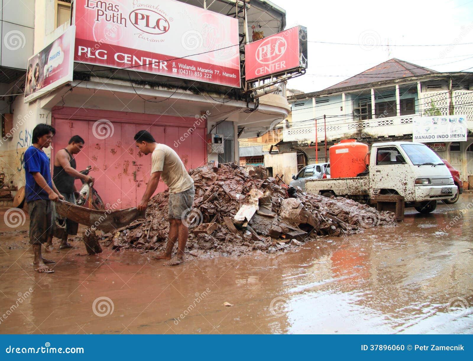 Mensen die afval na vloed verwijderen