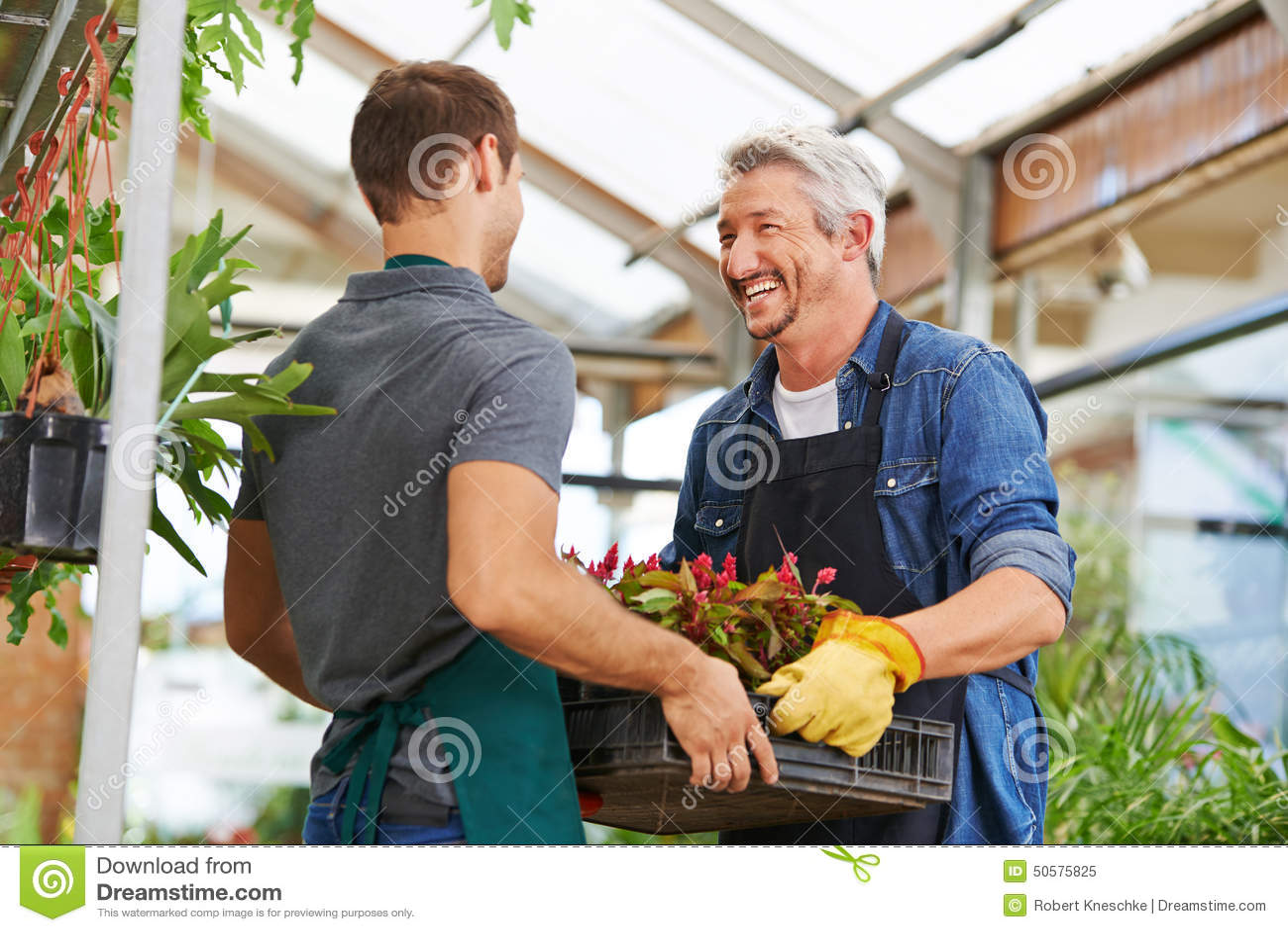 Mensen die als tuinman in kinderdagverblijfwinkel samenwerken