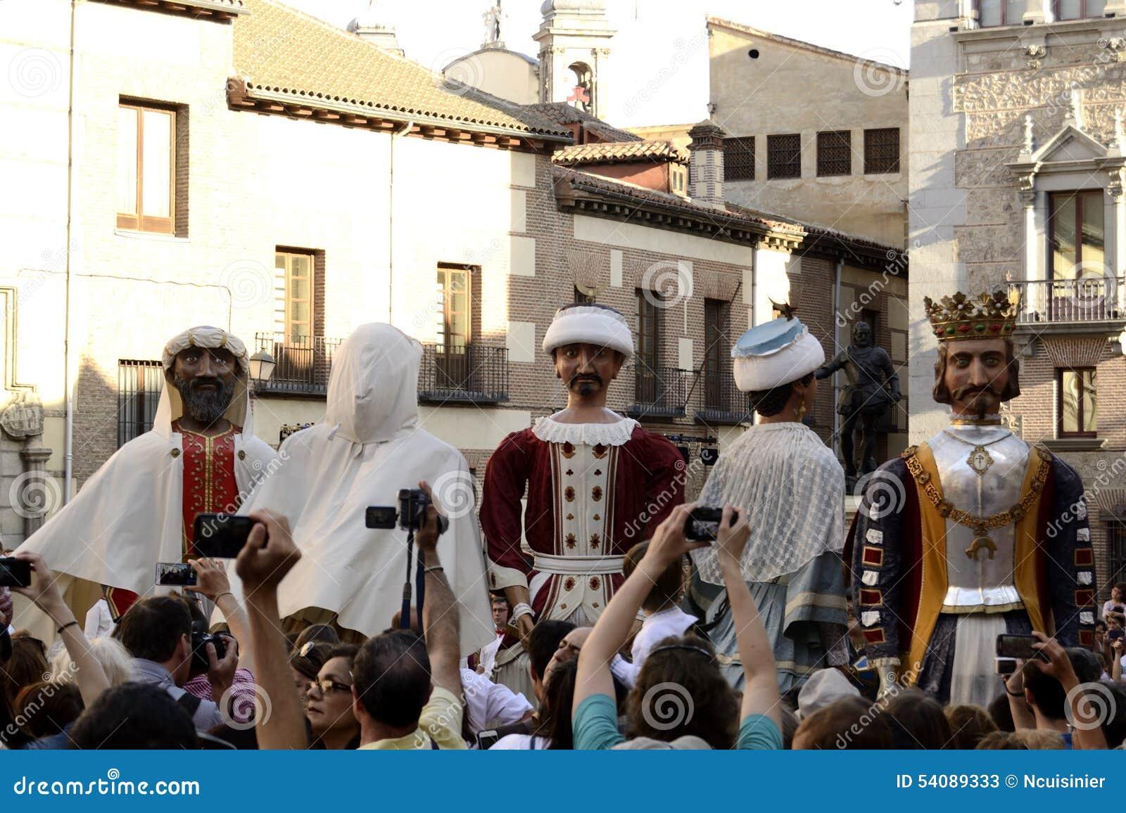 Mensen die beelden van reuzen en grote hoofden, Madrid nemen
