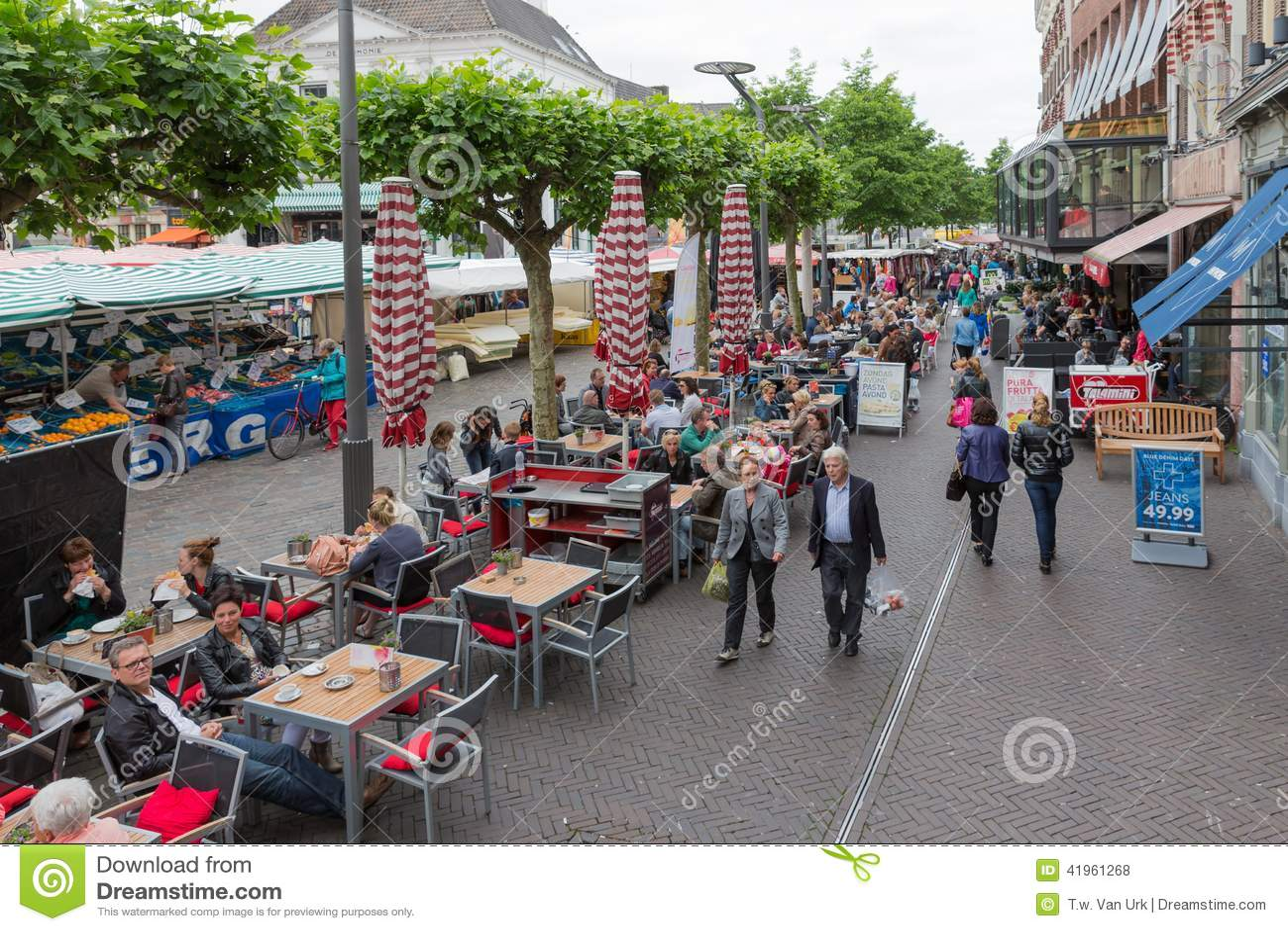 Mensen die bij een markt van Zwolle in Nederland winkelen