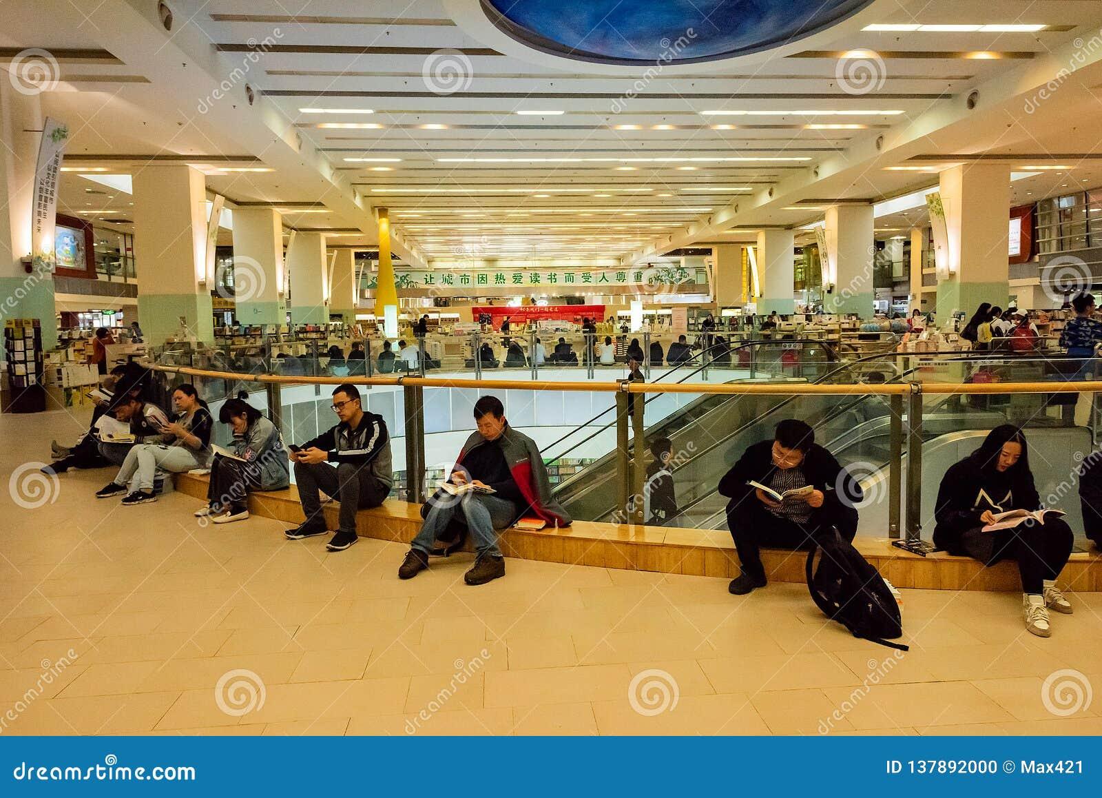 Mensen die bij een Shenzhen-boekhandel lezen