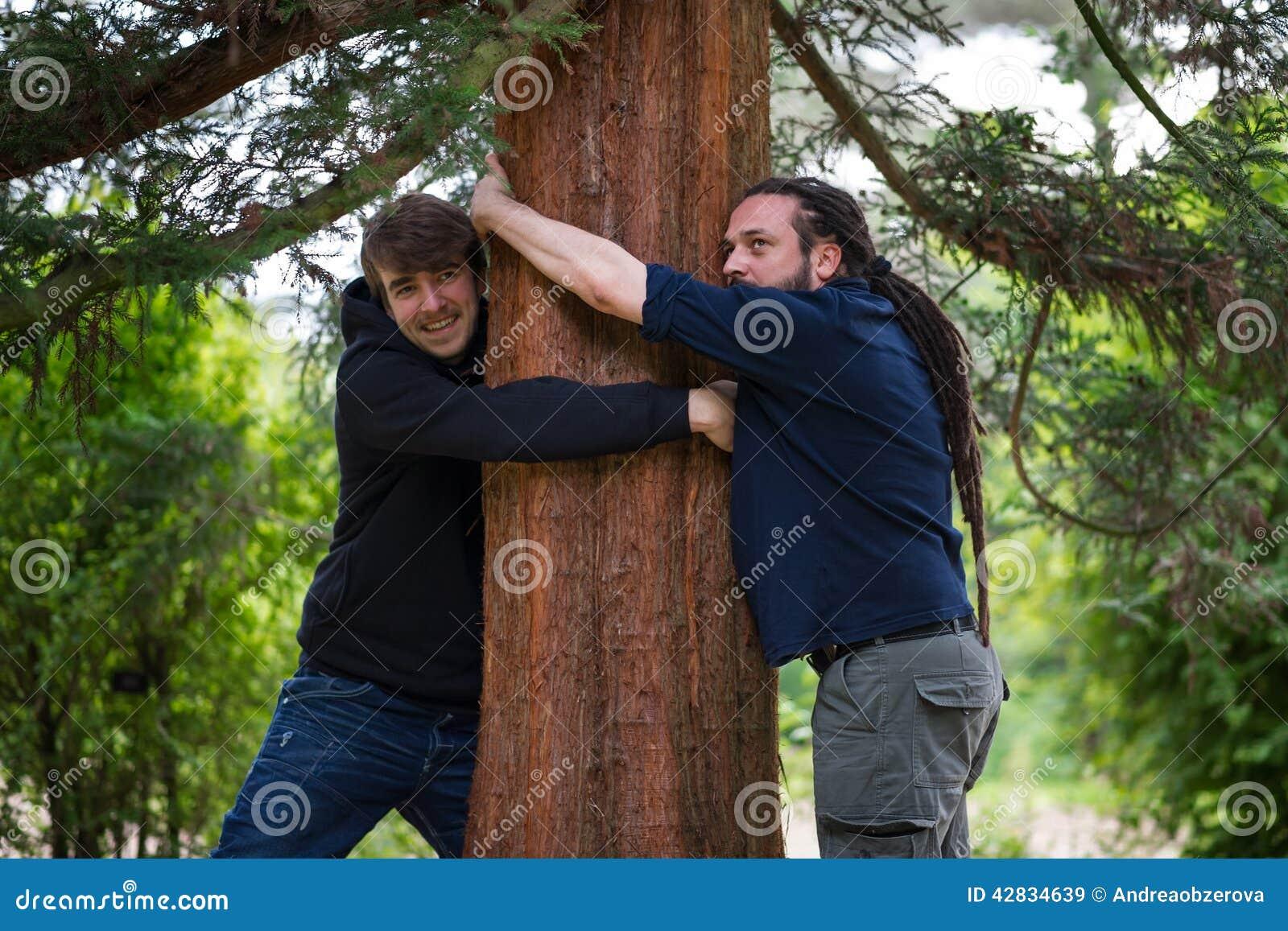 Mensen die bomen koesteren