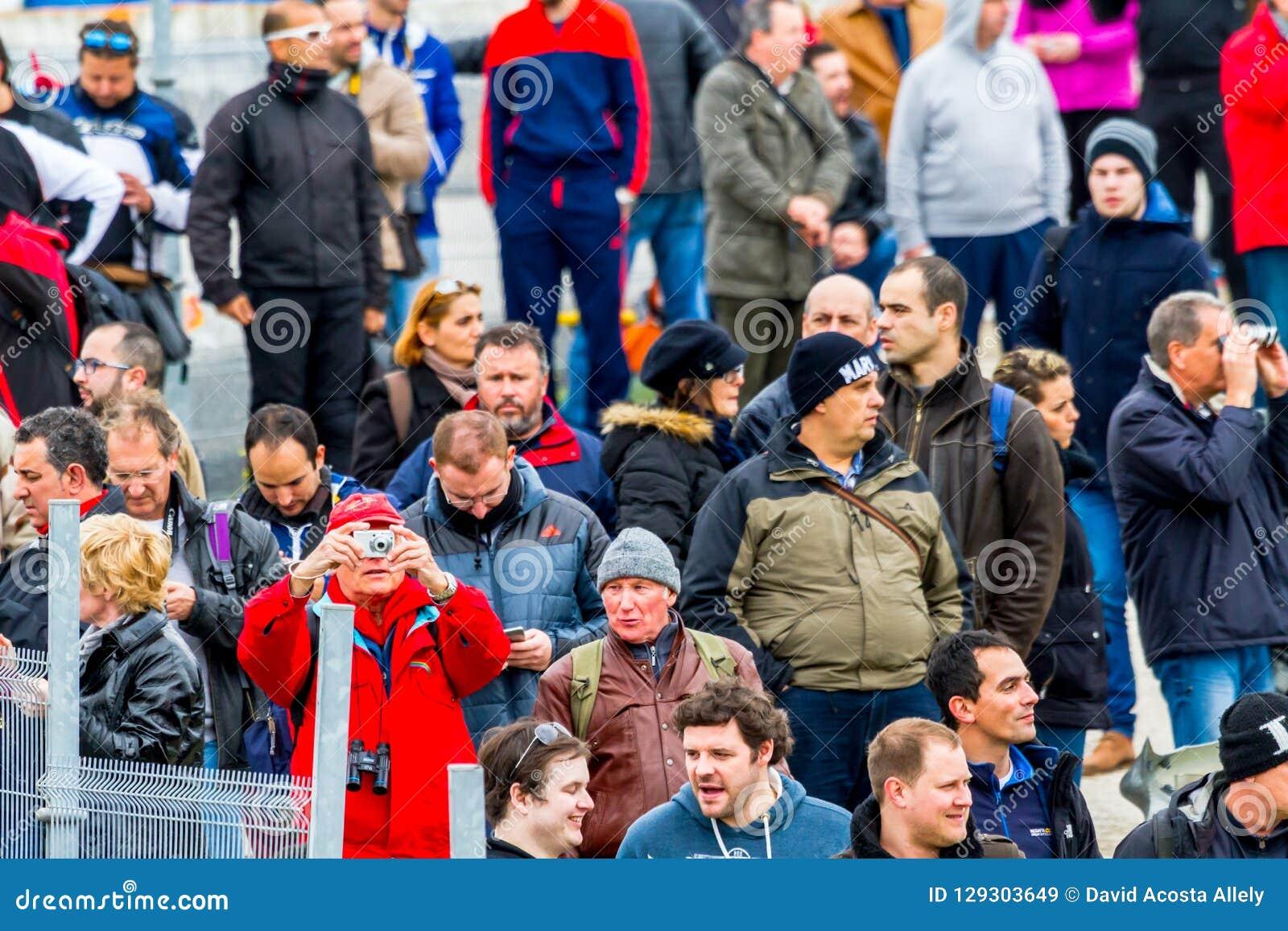 Mensen die de opleiding van Formule 1, 2015 zien