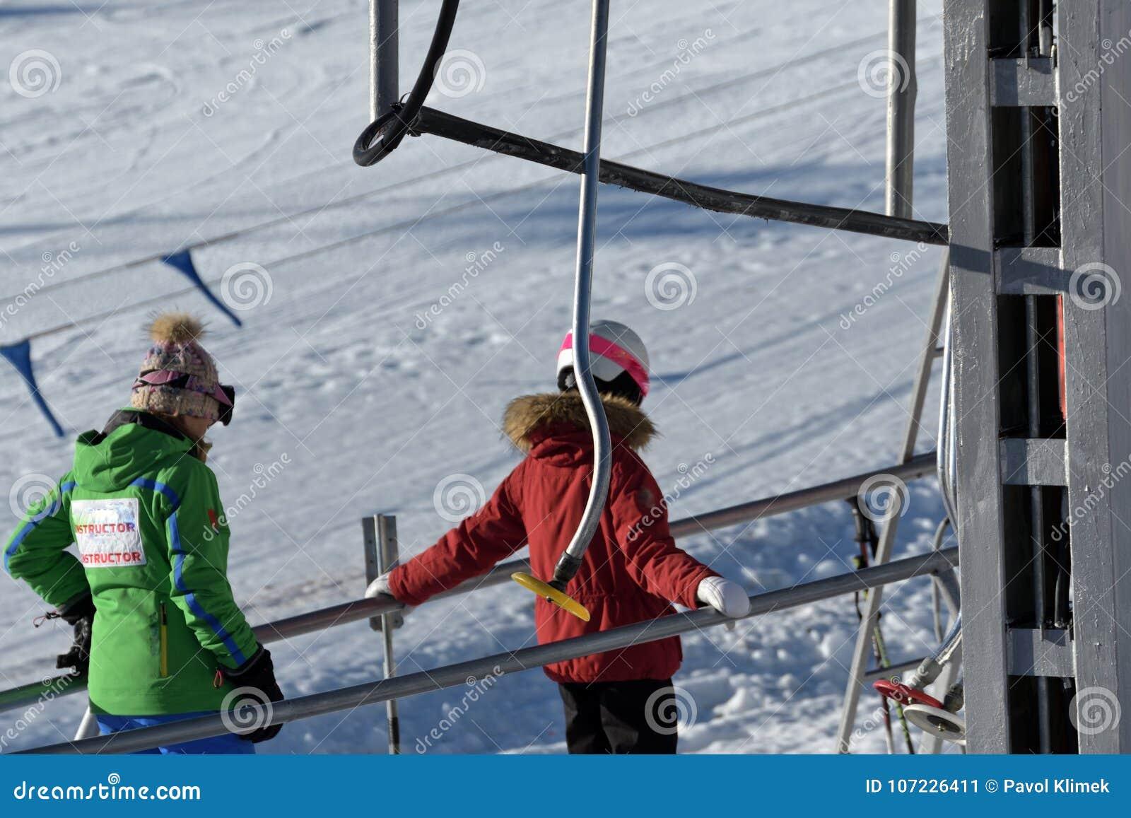 Mensen die de skikabelwagen in de bergen met behulp van