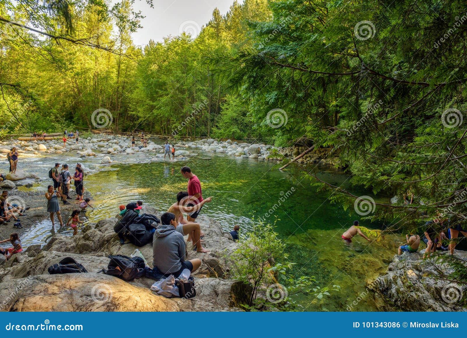 Mensen die de 30 Voet Pool in Lynn Canyon Park in Noord-Vancouver bezoeken