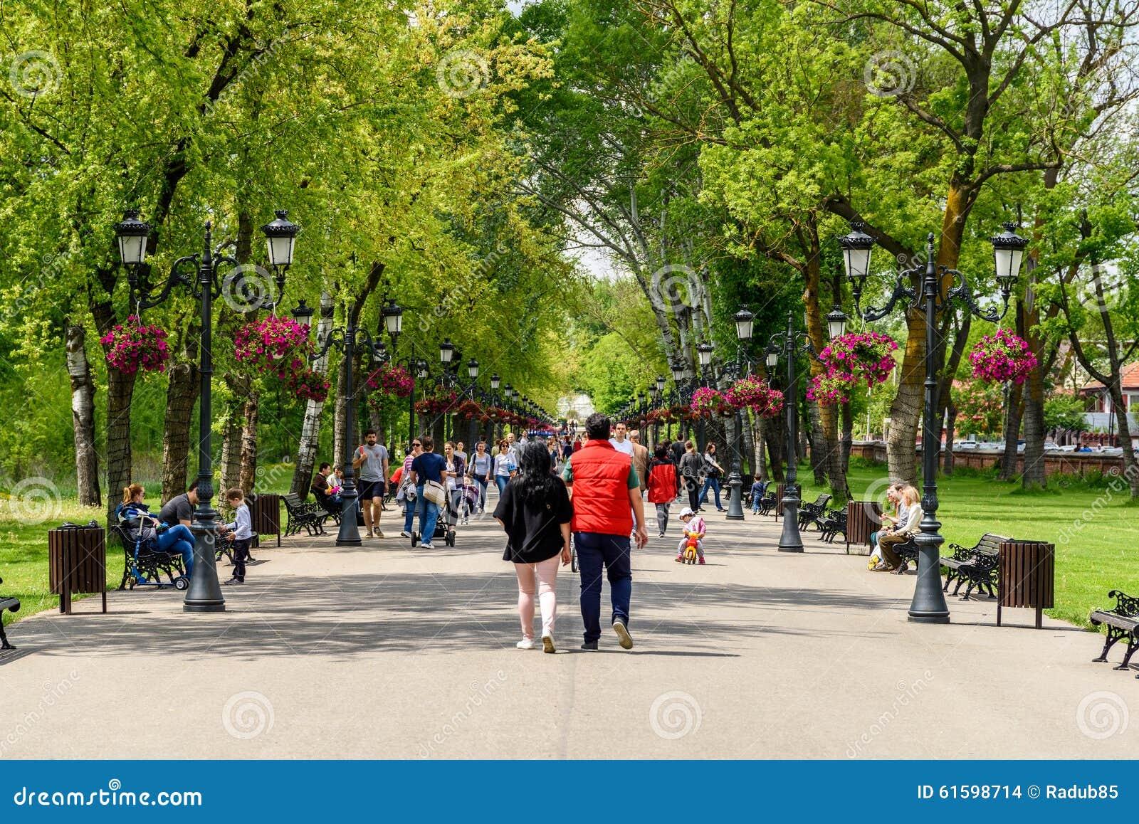 Mensen die een gang in park op de zomerdag nemen redactionele stock afbeelding afbeelding - Een gang ...