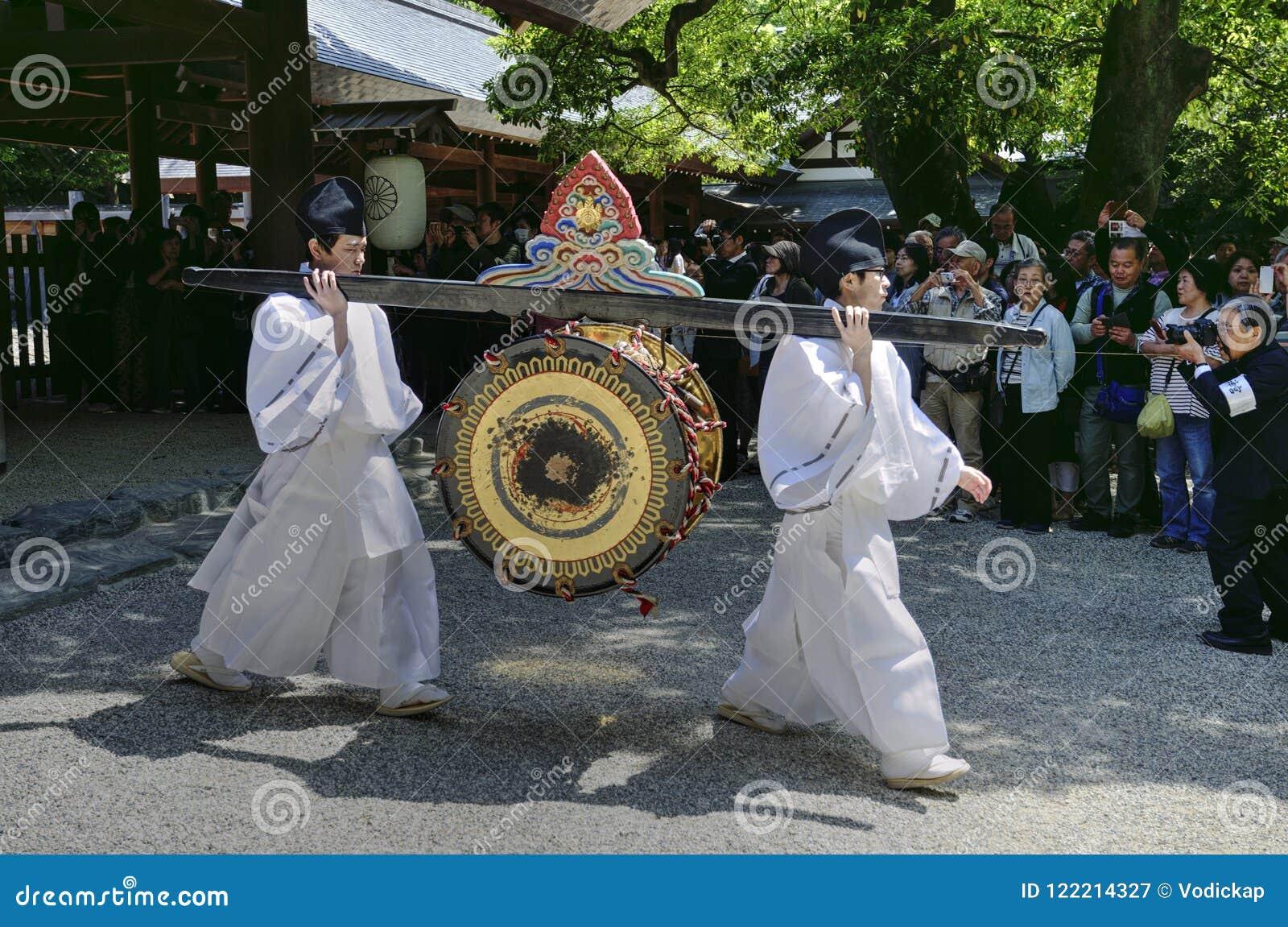 Mensen die een trommel in Atsuta-Heiligdom, Nagoya, Japan dragen