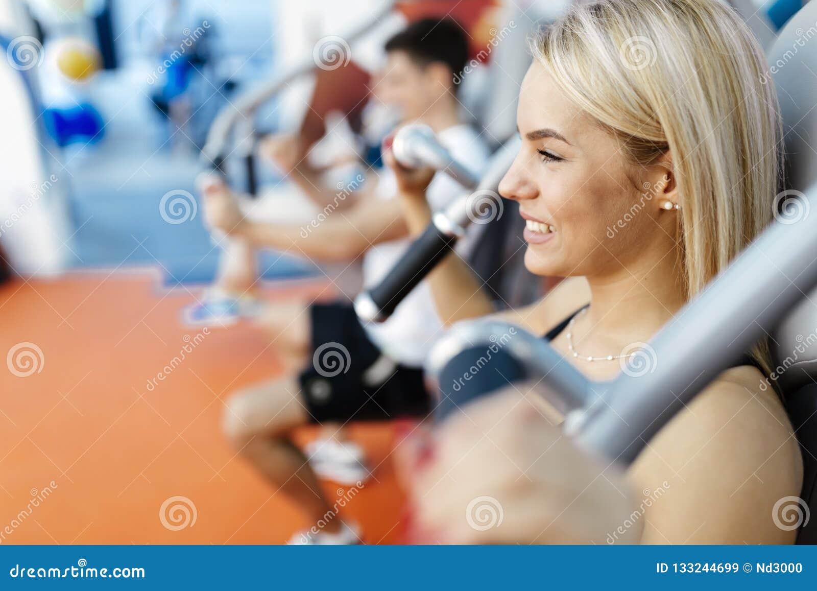 Mensen die in gymnastiek uitoefenen