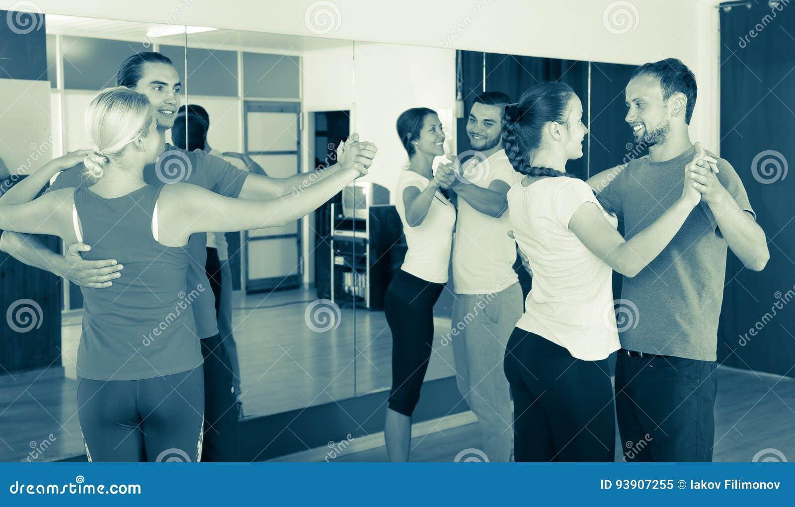 Mensen die leren te dansen wals