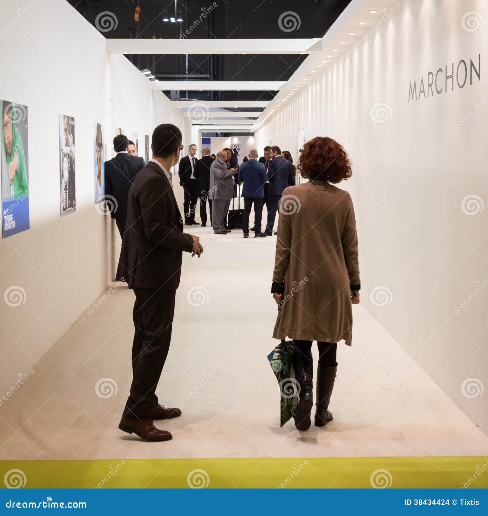 Mensen die Mido 2014 in Milaan, Italië bezoeken