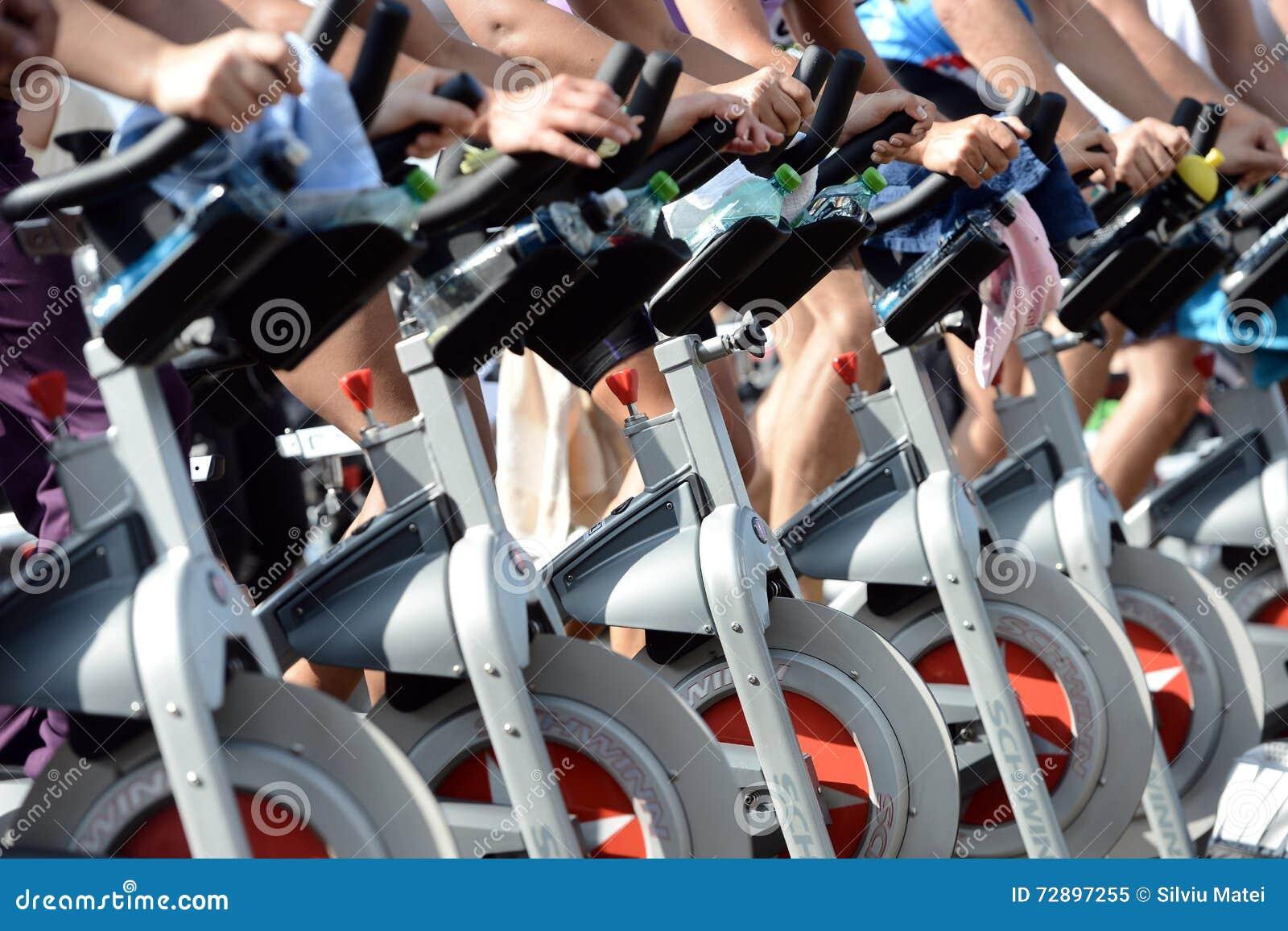 Mensen die oefening op een fiets in Izvor-park doen