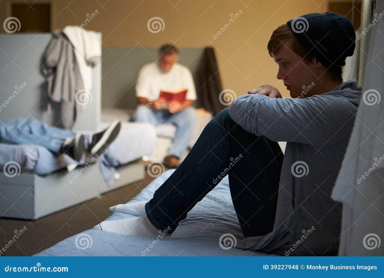 Mensen die op Bedden in Dakloze Schuilplaats liggen