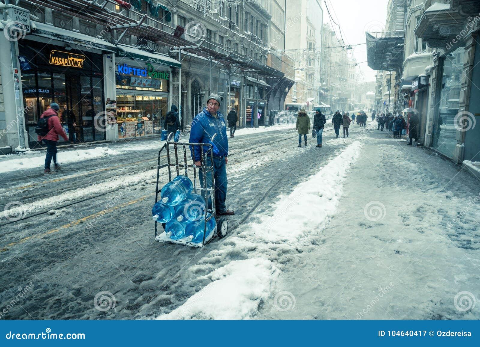 Download Mensen Die Op Een Sneeuwdag Bij Populaire Istiklal-Straat Van Beyoglu Lopen Redactionele Fotografie - Afbeelding bestaande uit spoorweg, istanboel: 104640417