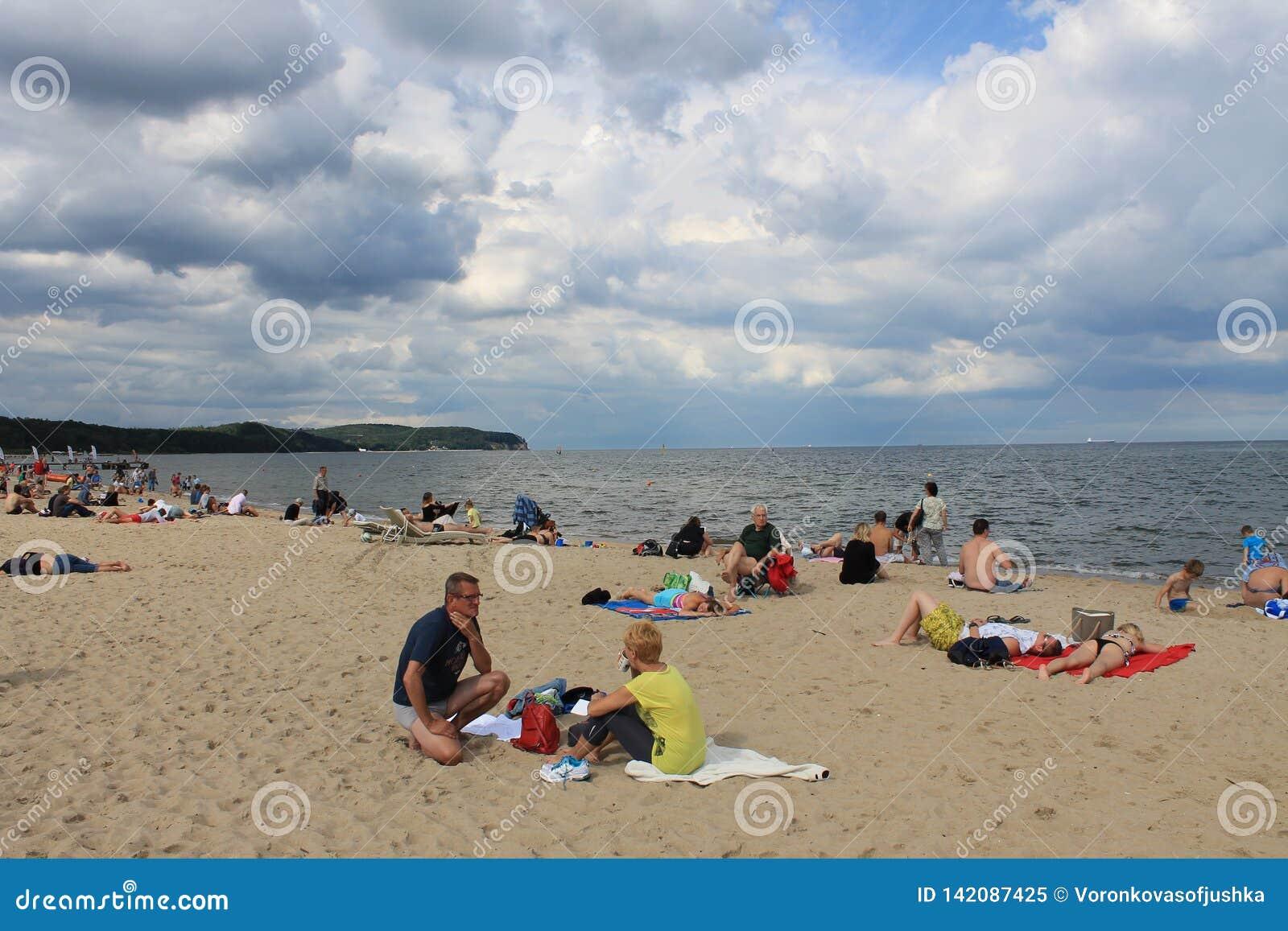 Mensen die op het strand van Sopot, Polen zonnebaden