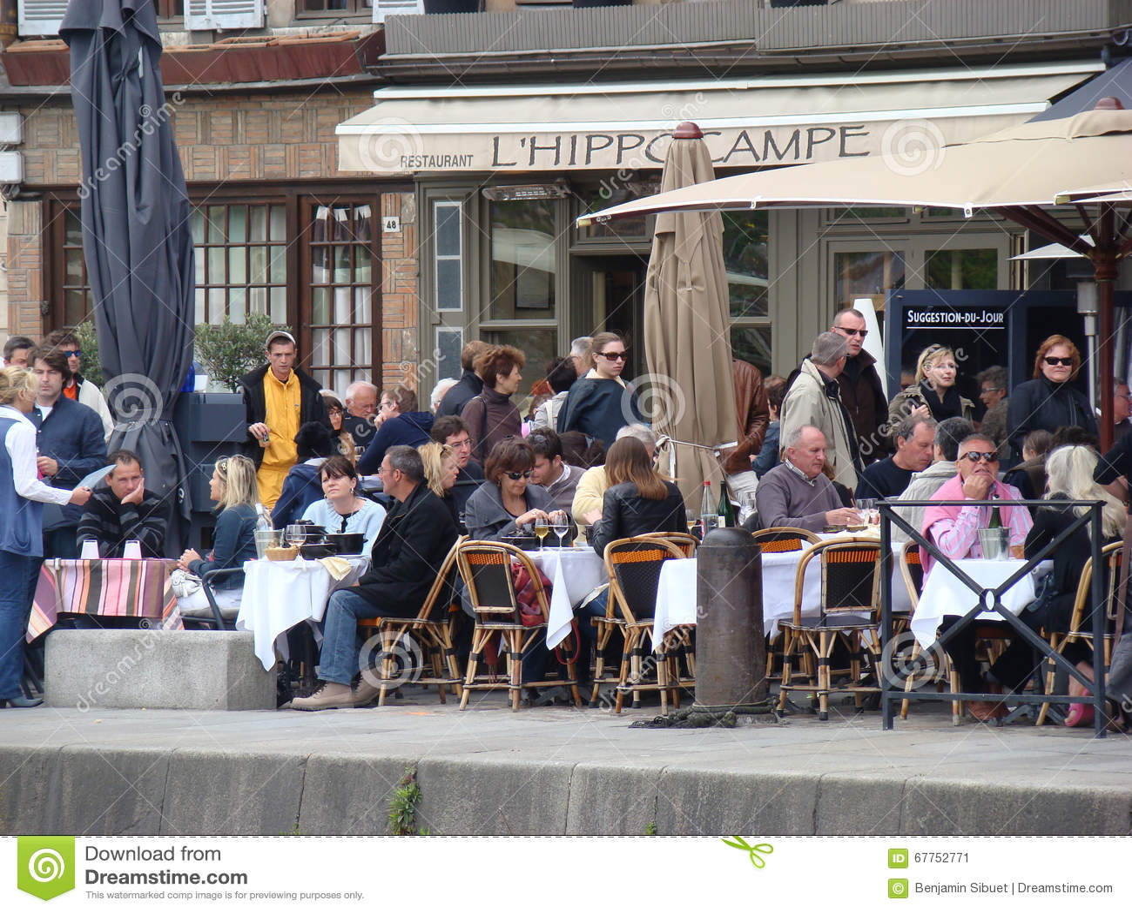 Mensen die op het terras van het restaurant in frankrijk zitten redactionele foto afbeelding for Lay outs terras van het restaurant